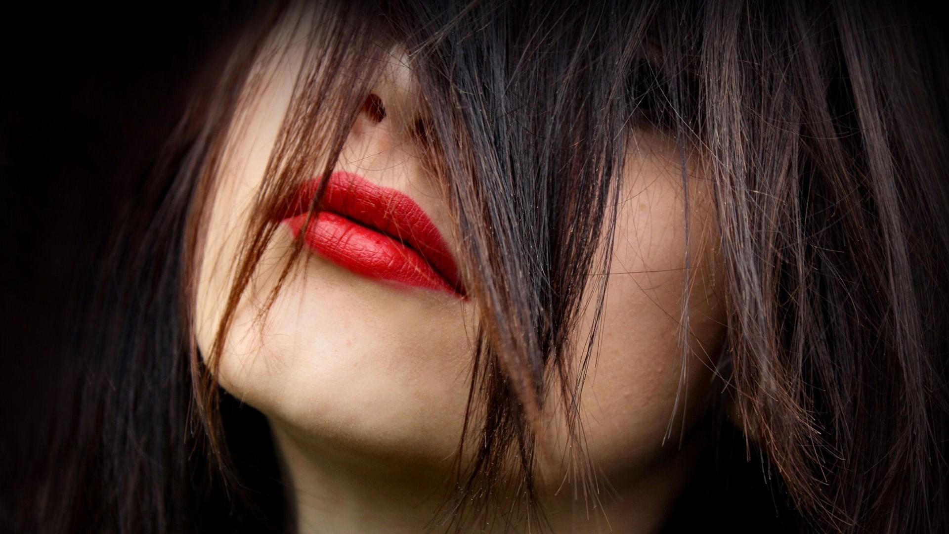 Девушки брюнетки фото с губами