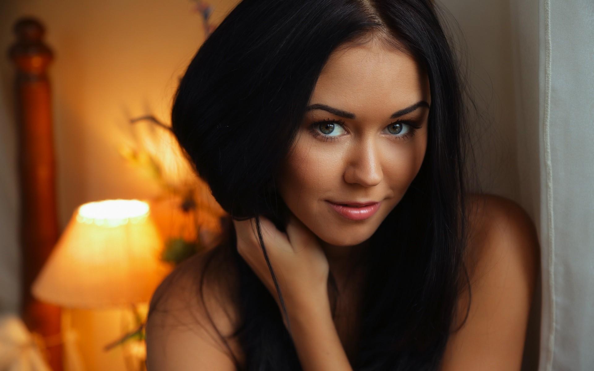 Фото брюнеток с голубыми глазами в домашних условиях