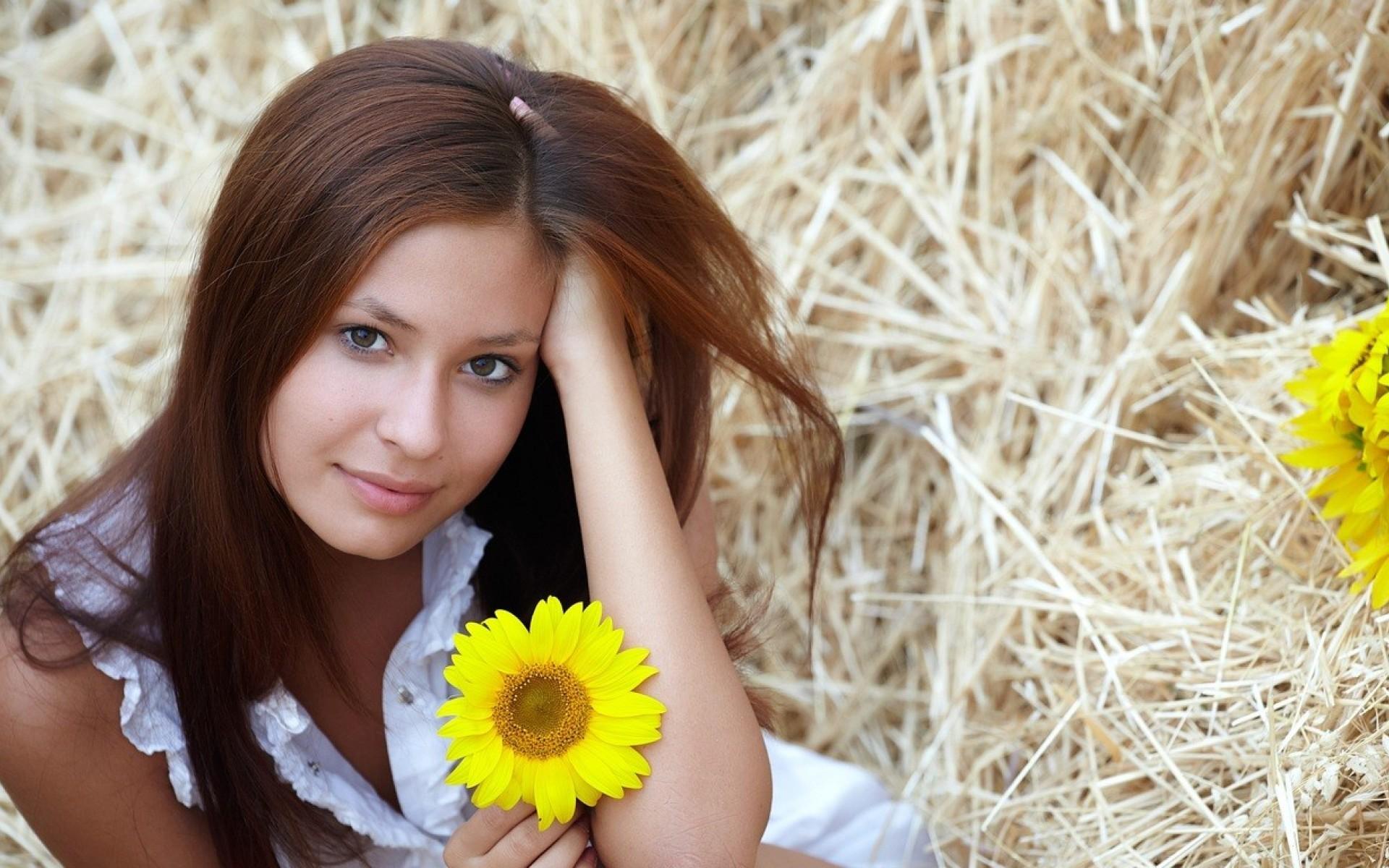 Женщина брюнетка с цветами 88