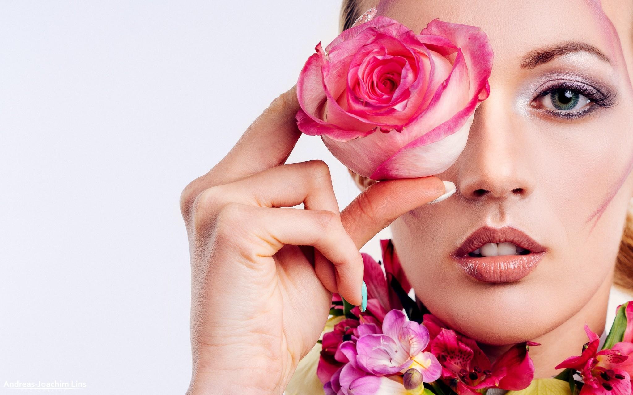 фото с лепестками роз на лице