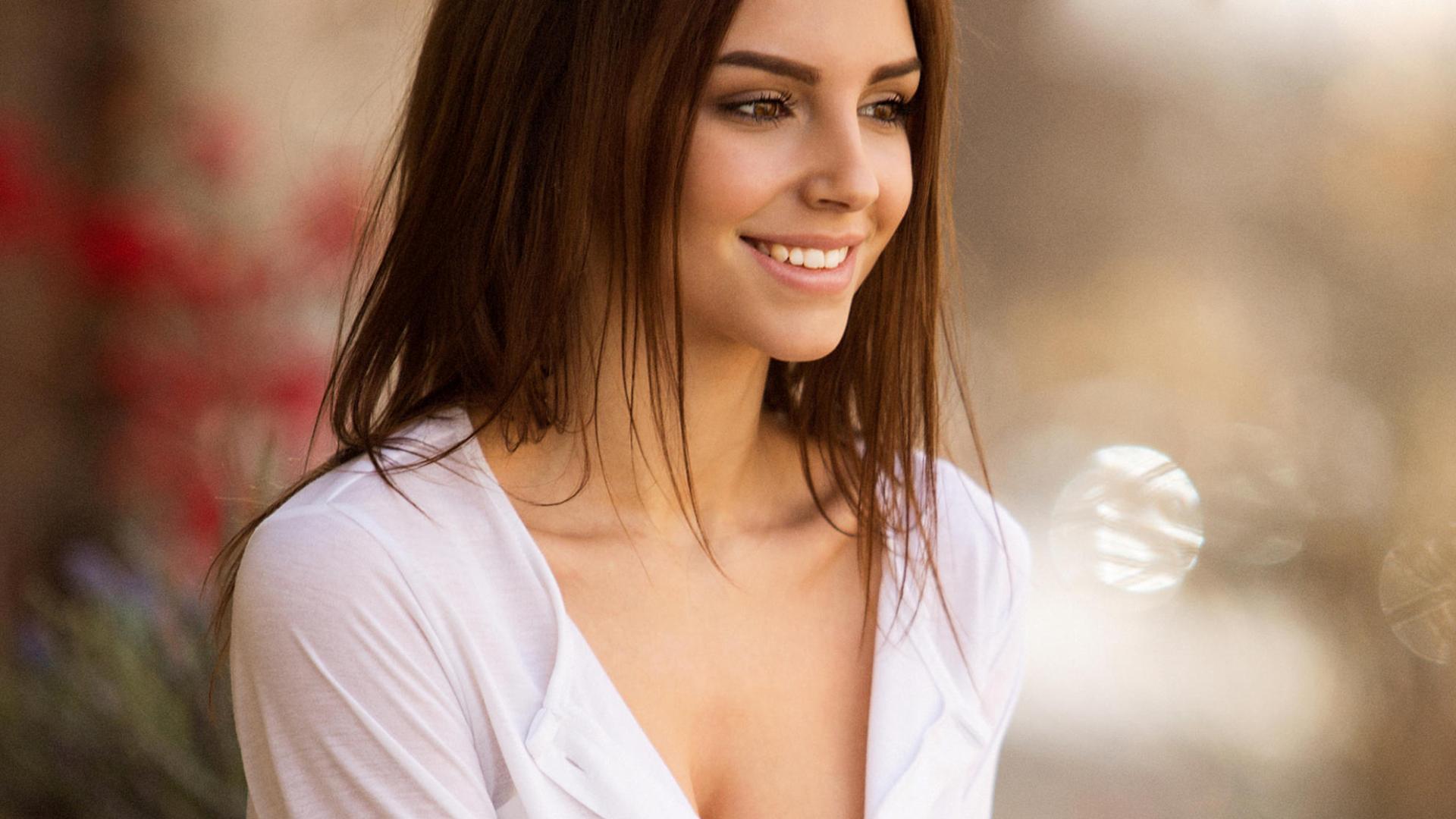 Улыбающаяся девушка фото на аву