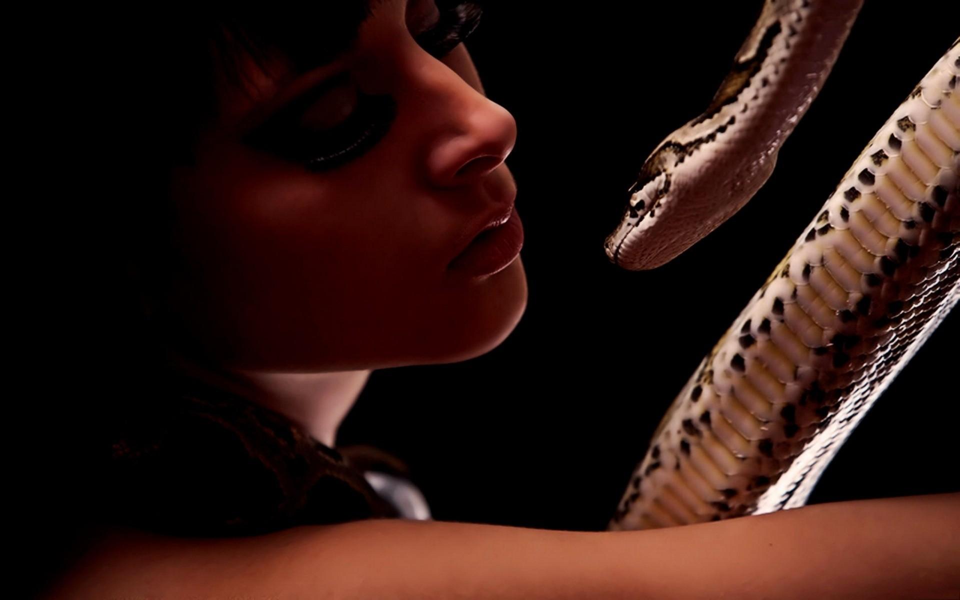Фото девушек с коброй