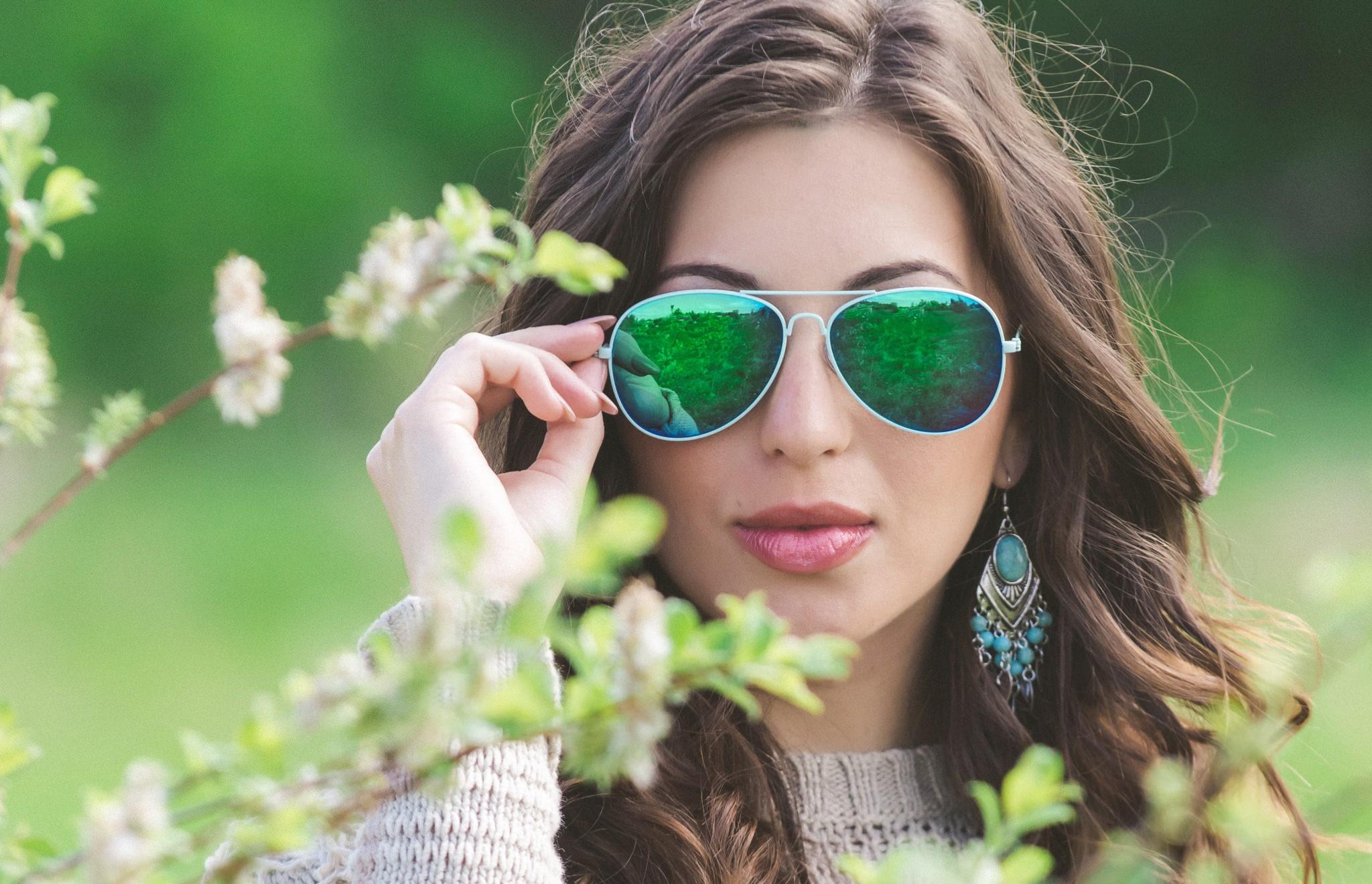 Картинка девушка в солнцезащитных очках