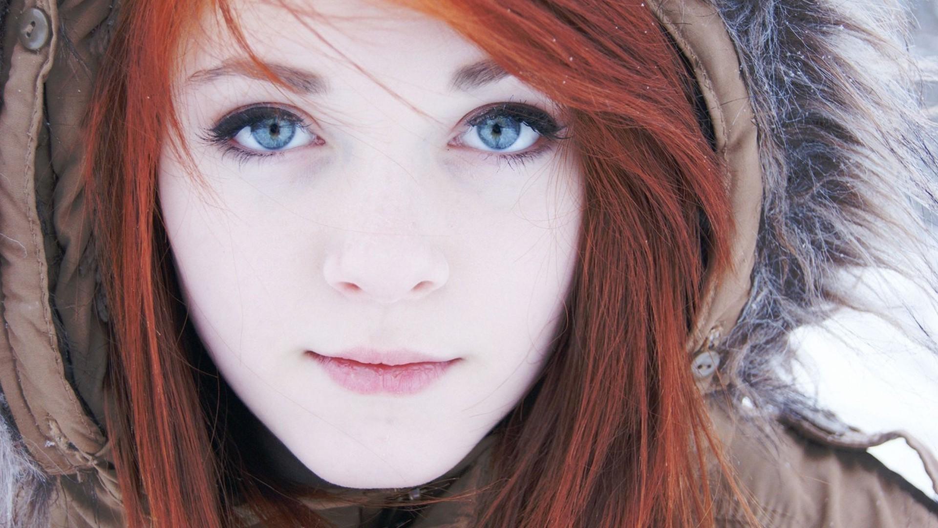 cerca escolta cabello rojo