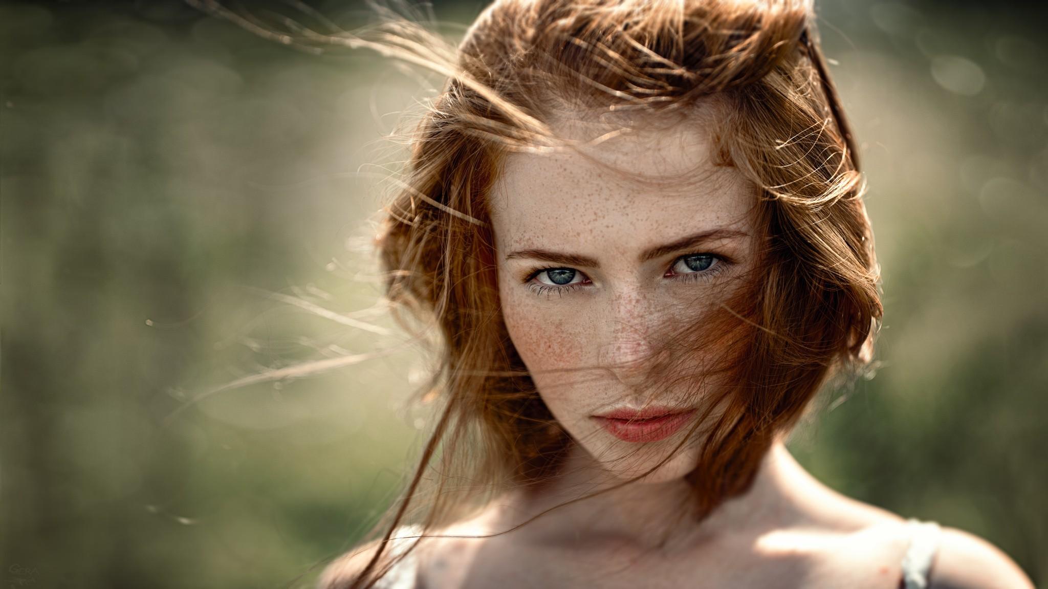 Mädchen braune haare und blaue augen