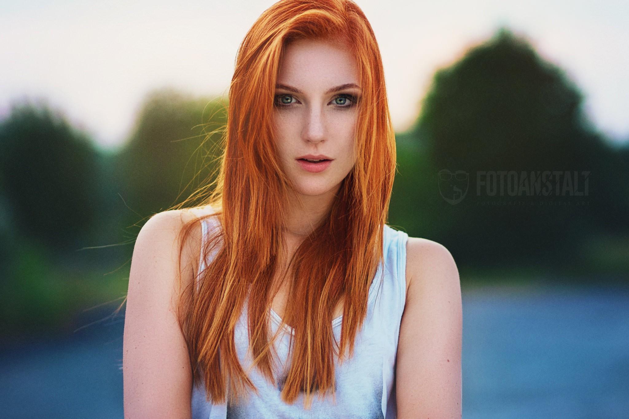 Nude eyed green redhead