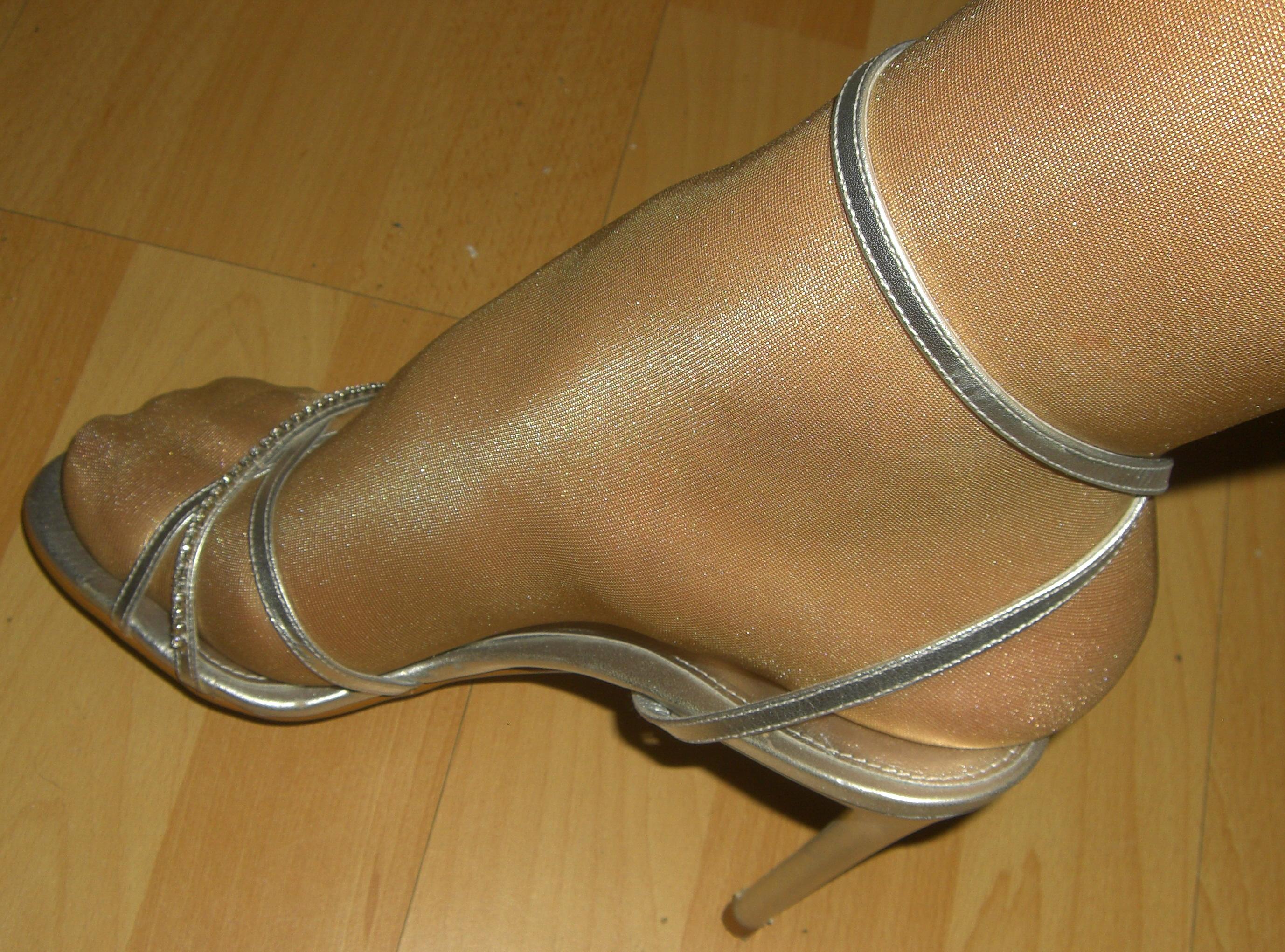 Босоножках ножки и в капроне