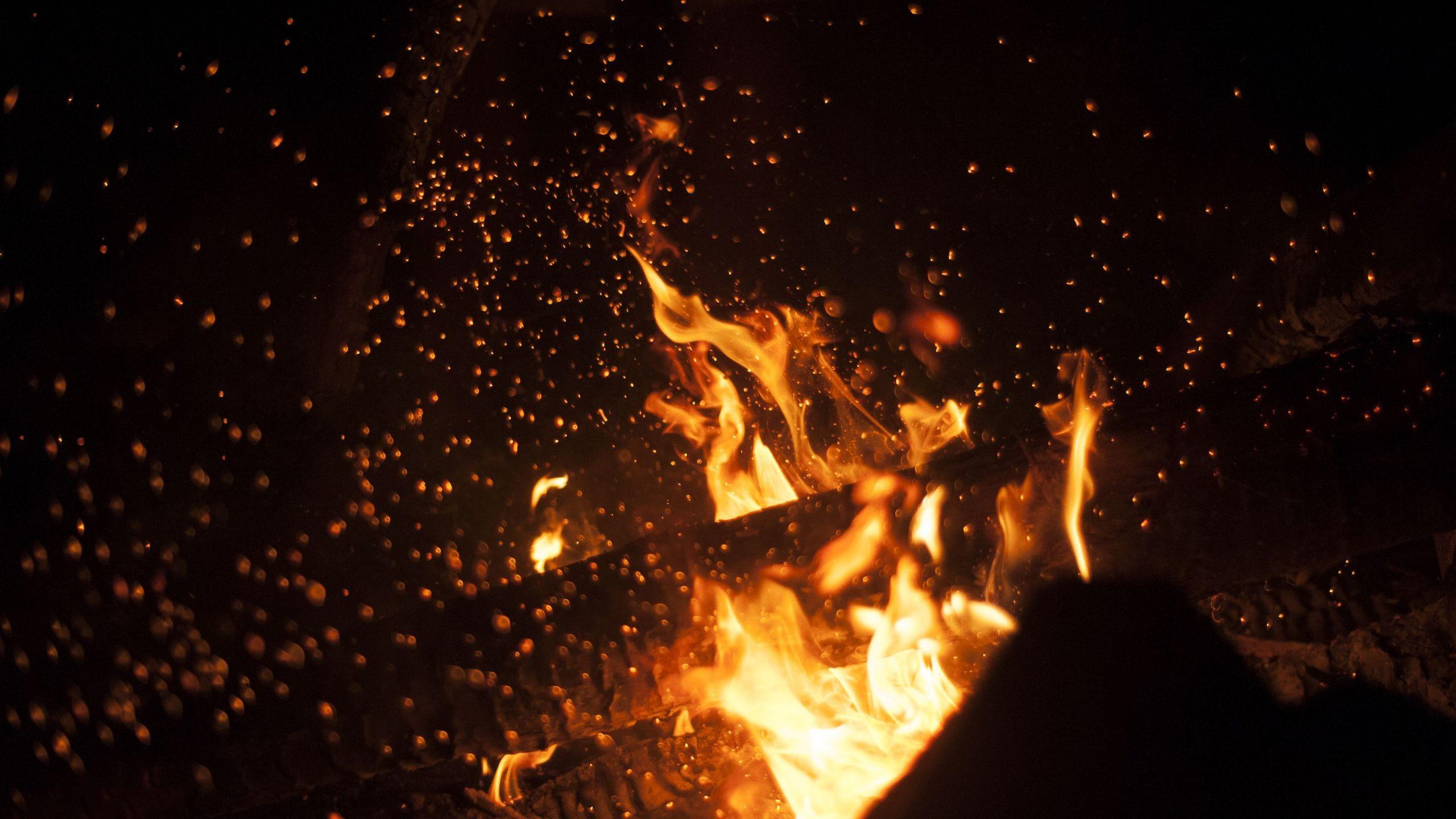 Фото необычный огонь в черном фоне