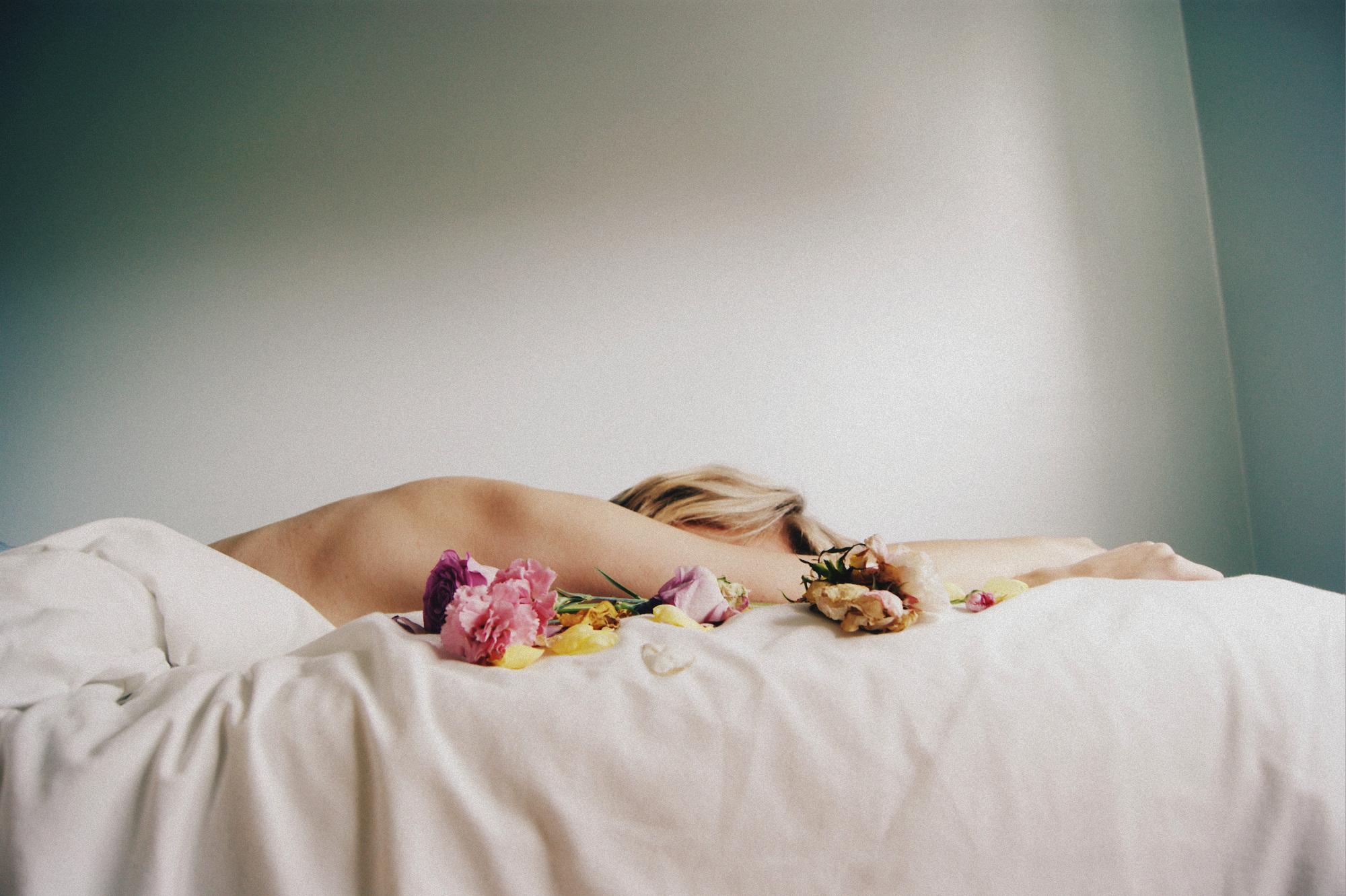 Картинка девушка утром спит