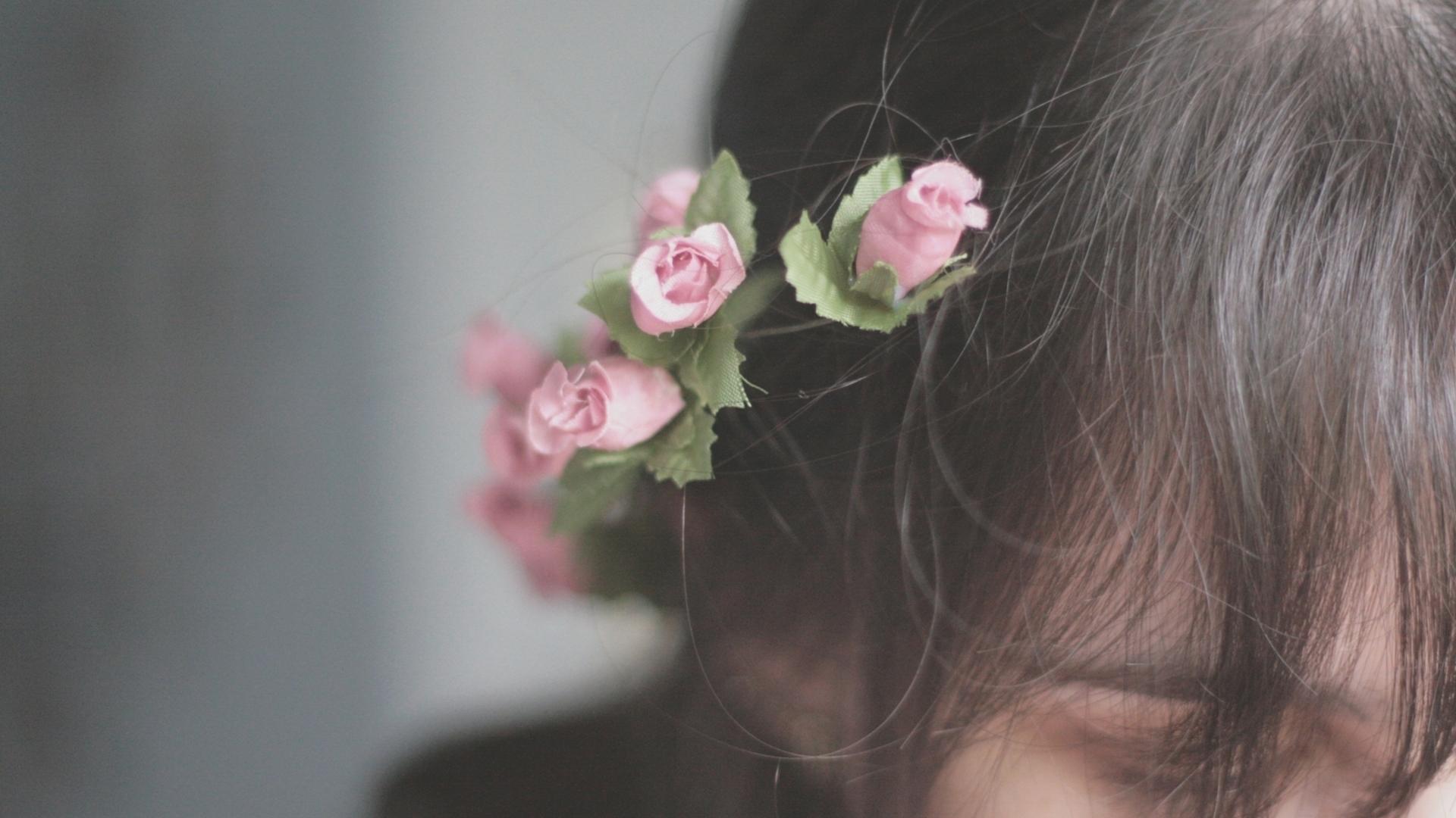 Фото и картинки девушки спиной с цветами, рисунки солнышко новогодняя