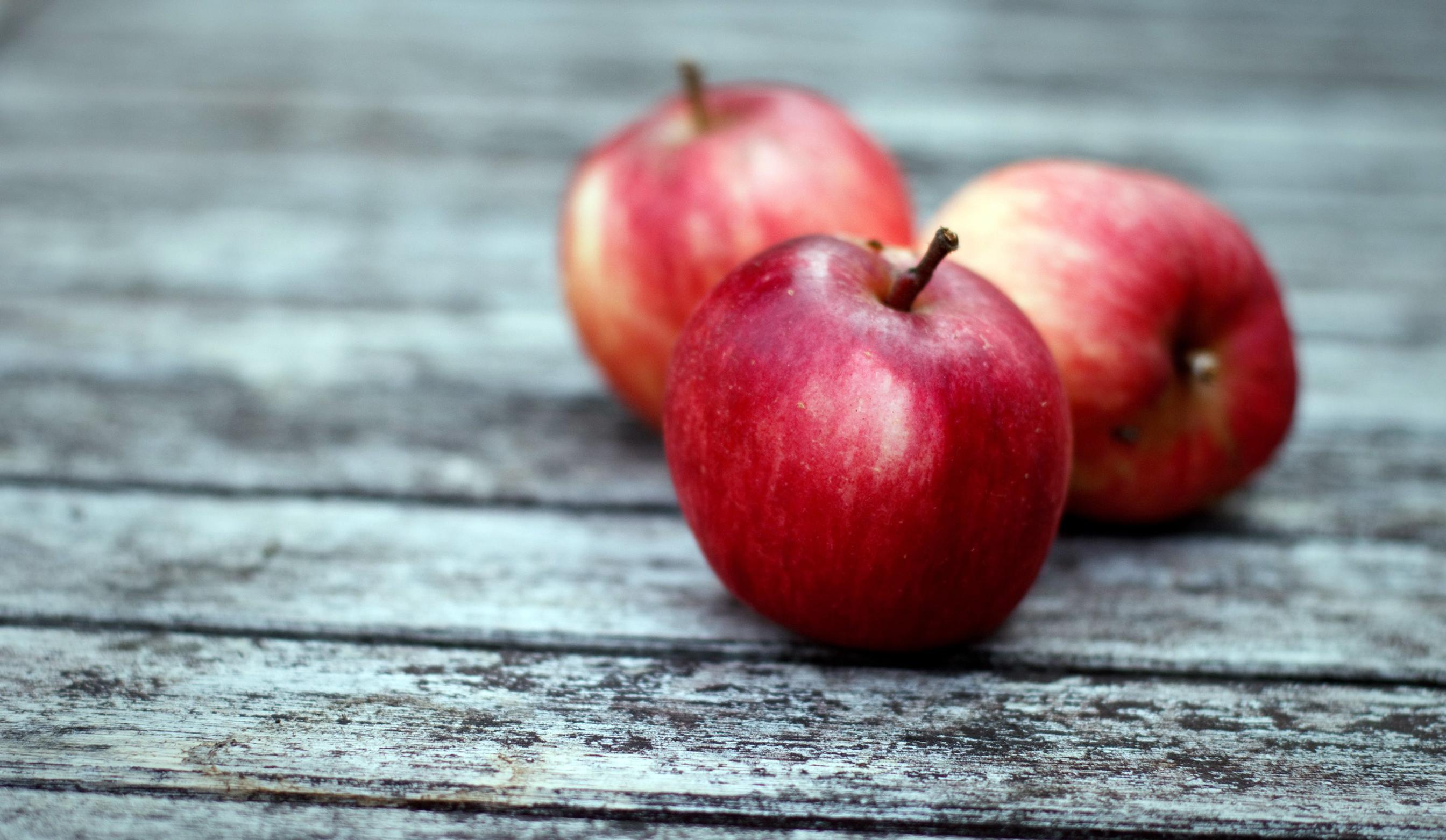 числе картинки яблоки на столе пример касающийся линии