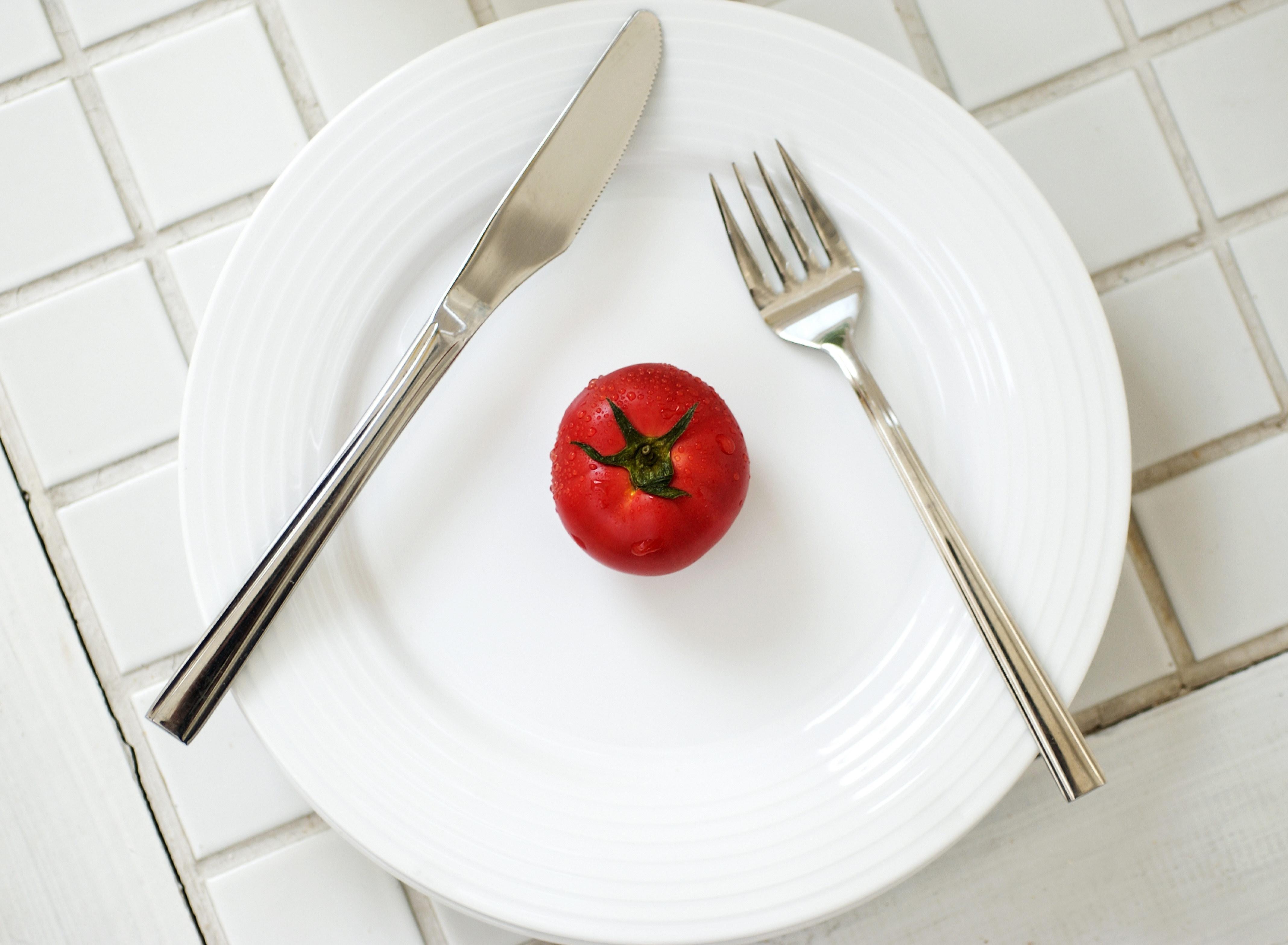 Fondos de pantalla comida minimalismo fruta tenedor plato cuchillo gotas tomate - Cuchillos para decorar fruta ...
