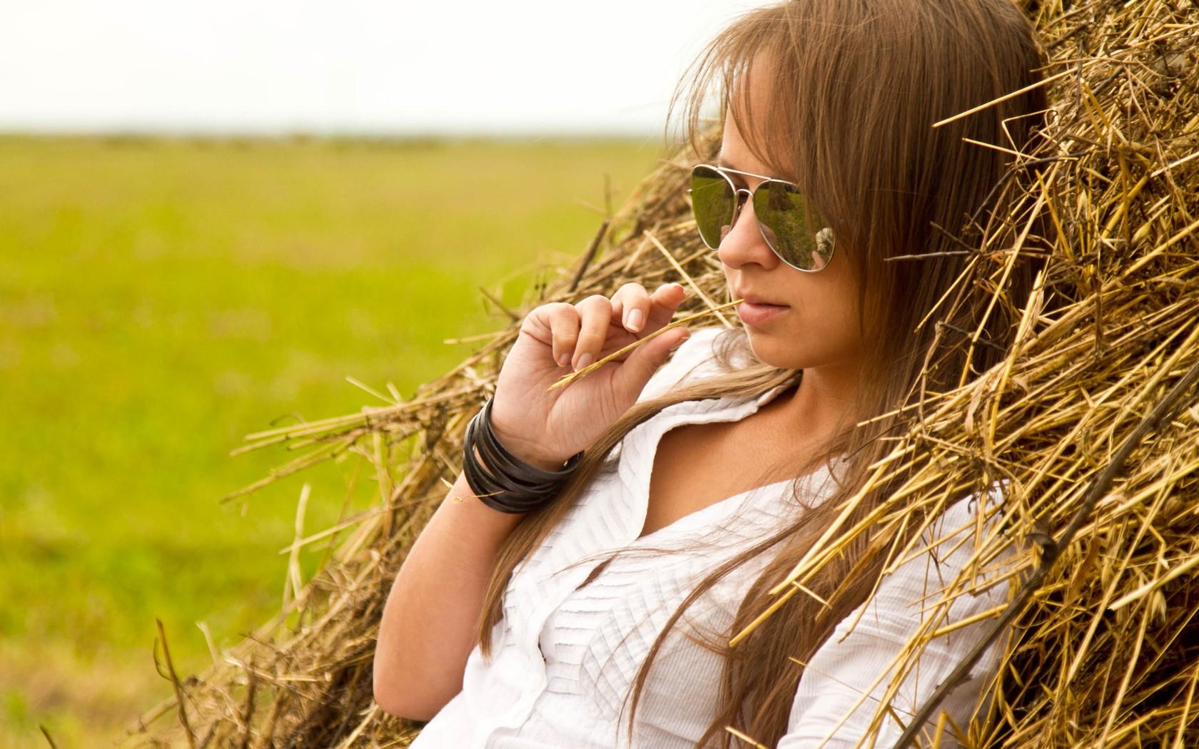 Фото девушки летом на отдыхе в деревне