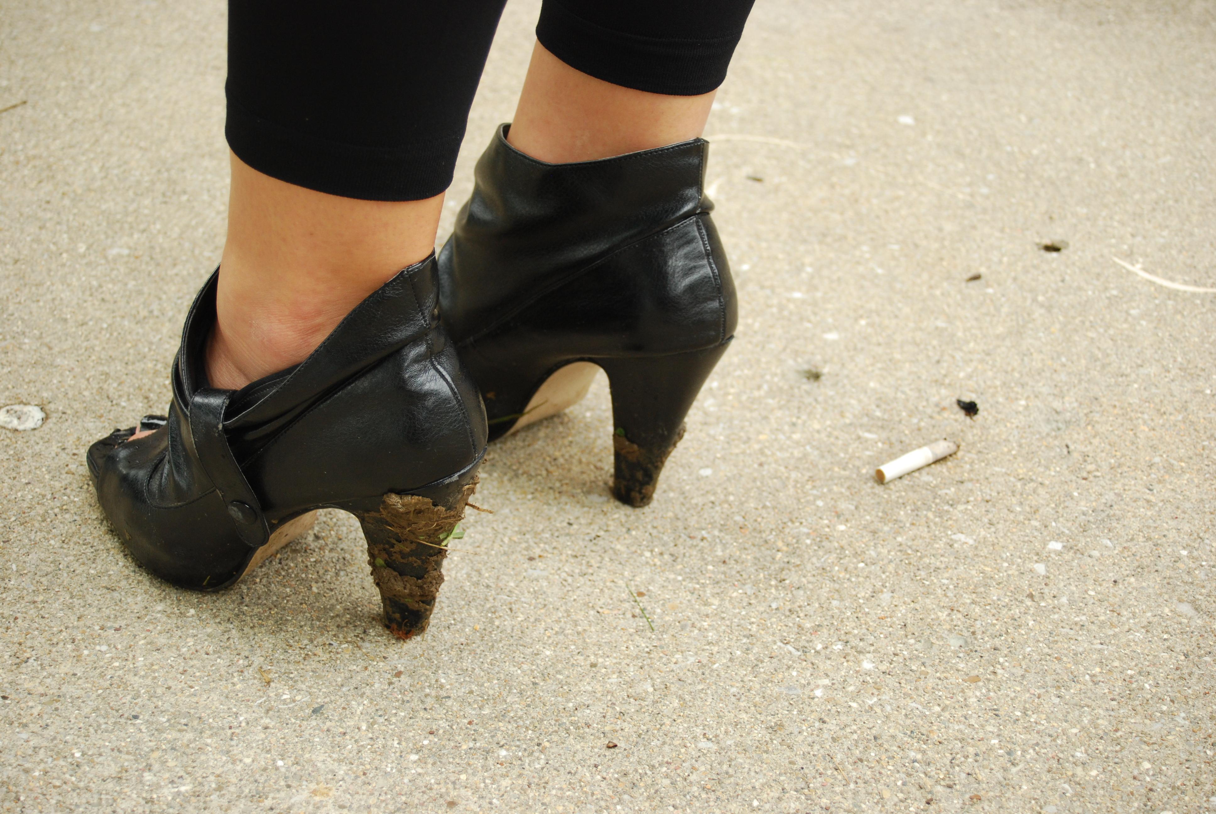 Девушки в обуви ходят по рабам фото рот