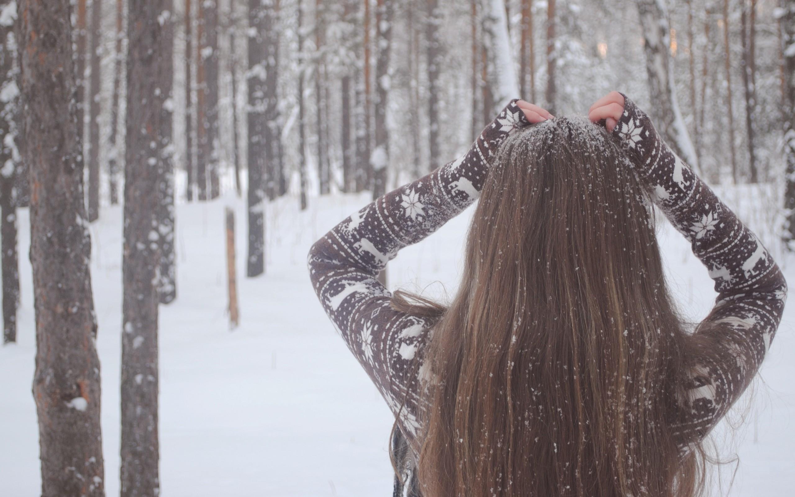 Фото девушки брюнетки на аву зимой