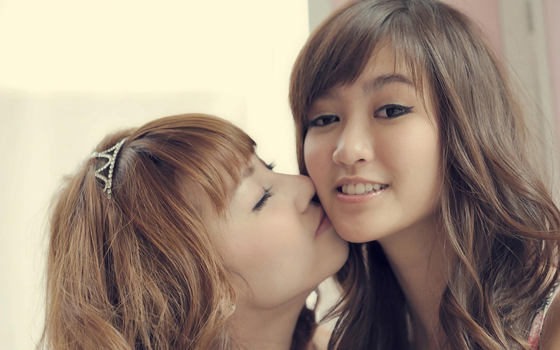 Asian girls kiss — pic 13