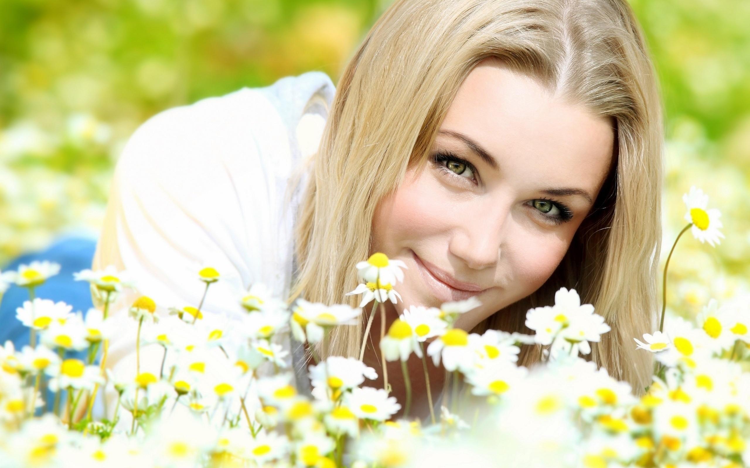 Фото улыбки на фоне природы девушки, знакомства гэнг бэнг во владимире