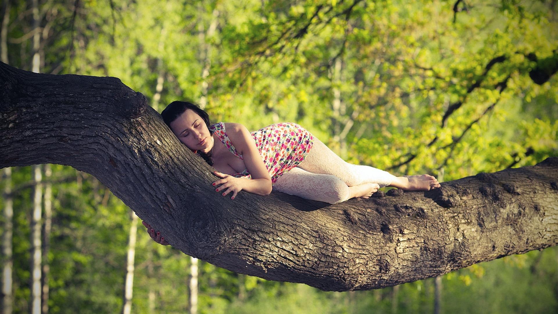 фото спят в лесу