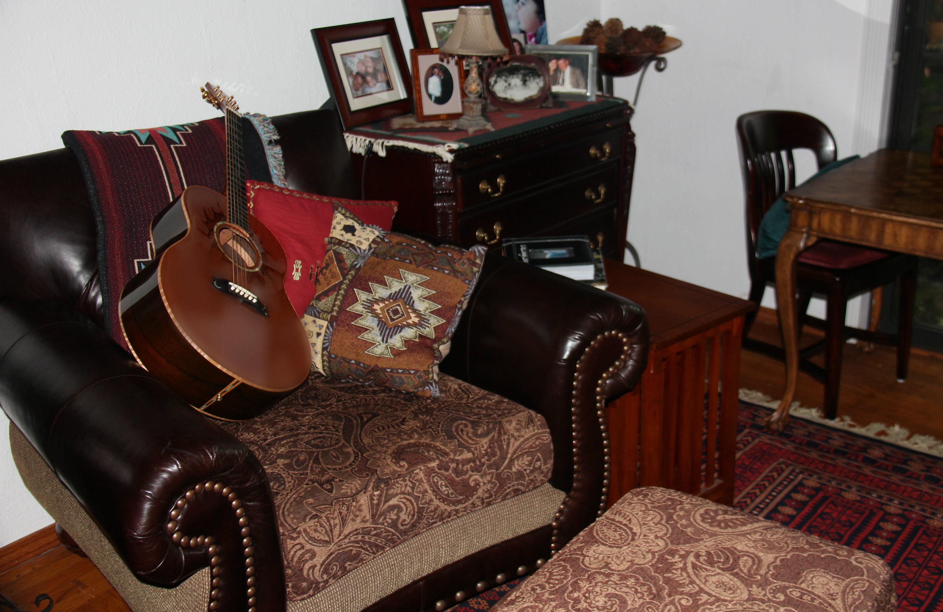 Hintergrundbilder : Gitarre, Tabelle, Musik-, Couch, Sessel, Rose ...