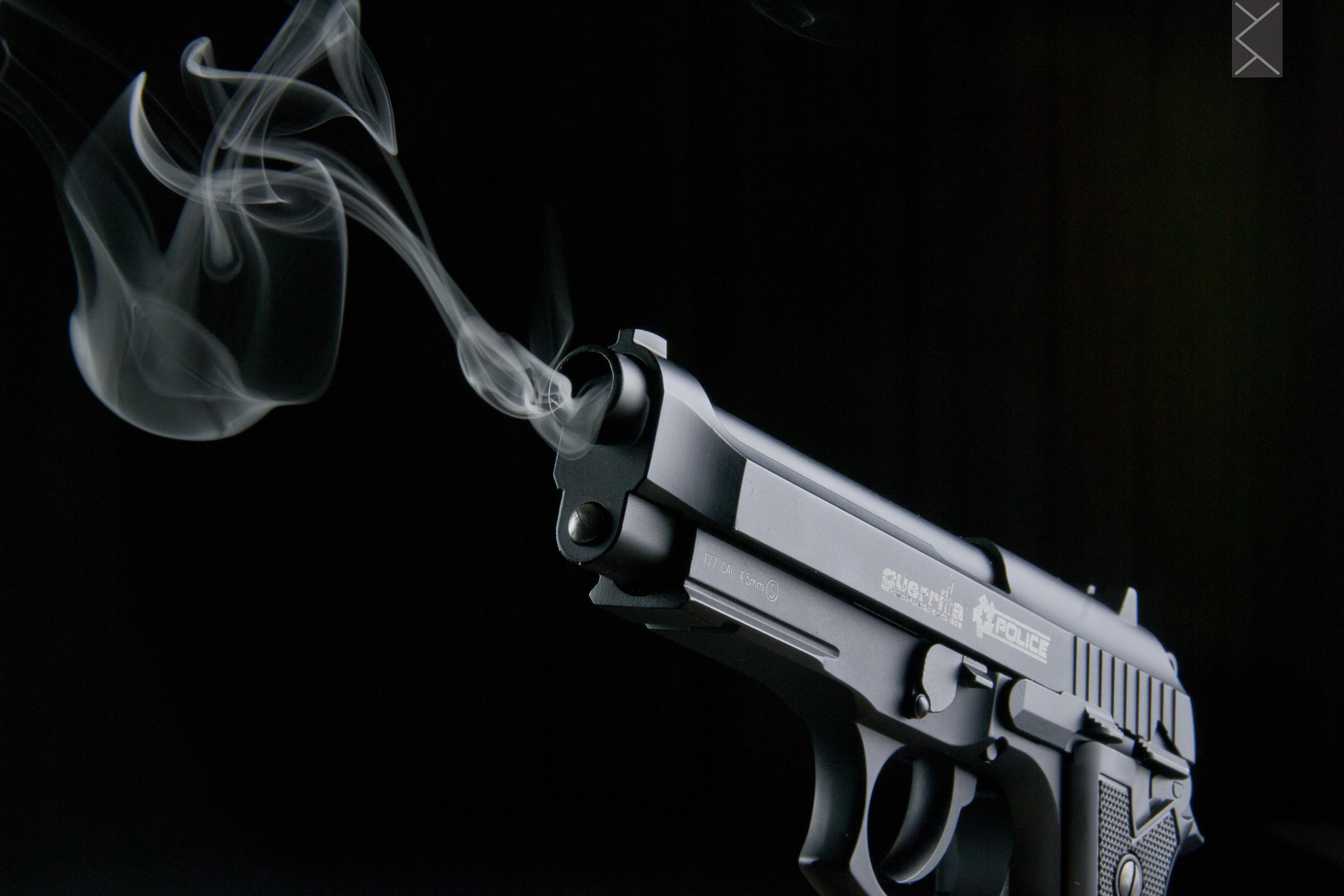 Пистолет стреляет картинка