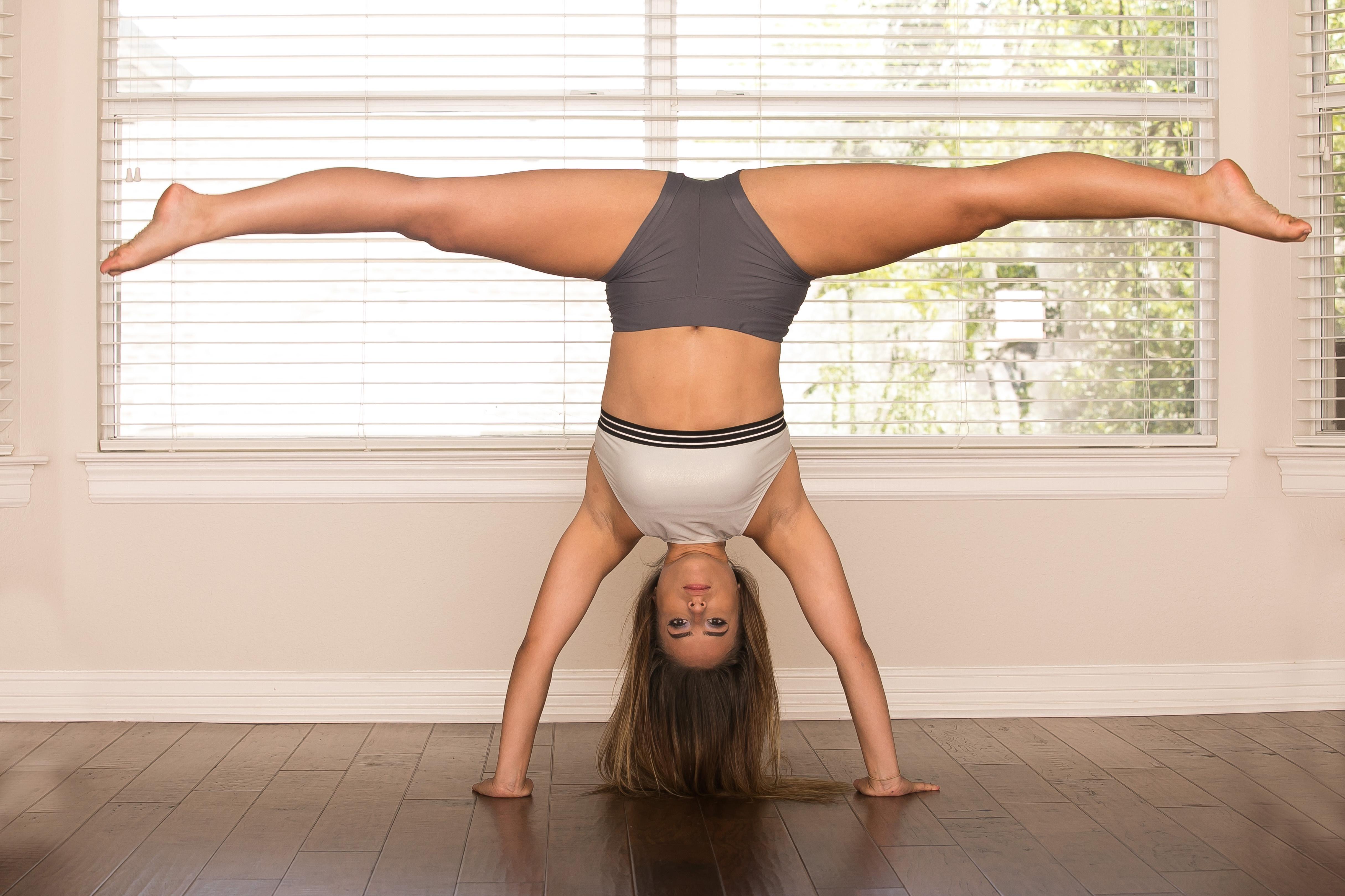 wallpaper : gymnastics, spread legs, barefoot, women, model