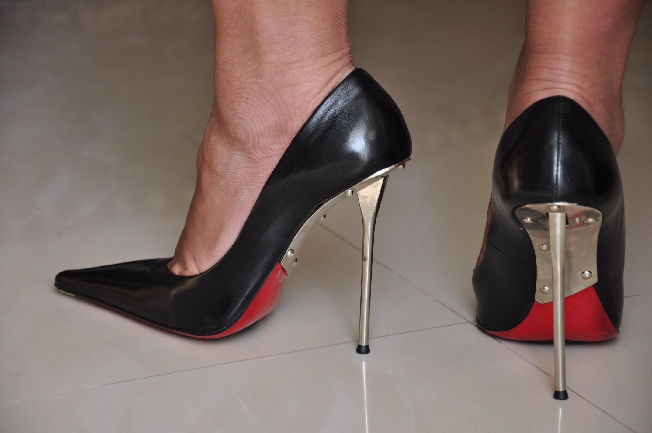 лишь милашкам наступить каблуками на руки раба смотрели