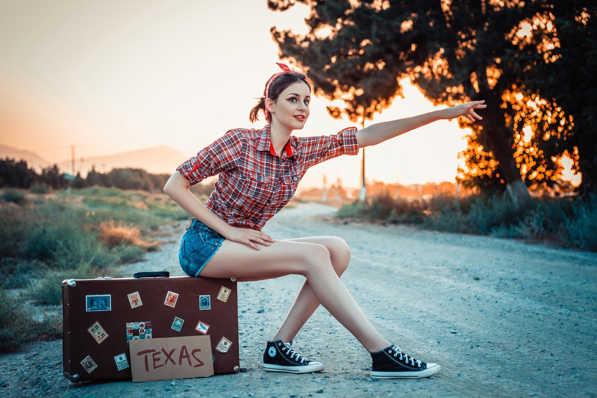 Картинка девушка сидит на чемодане