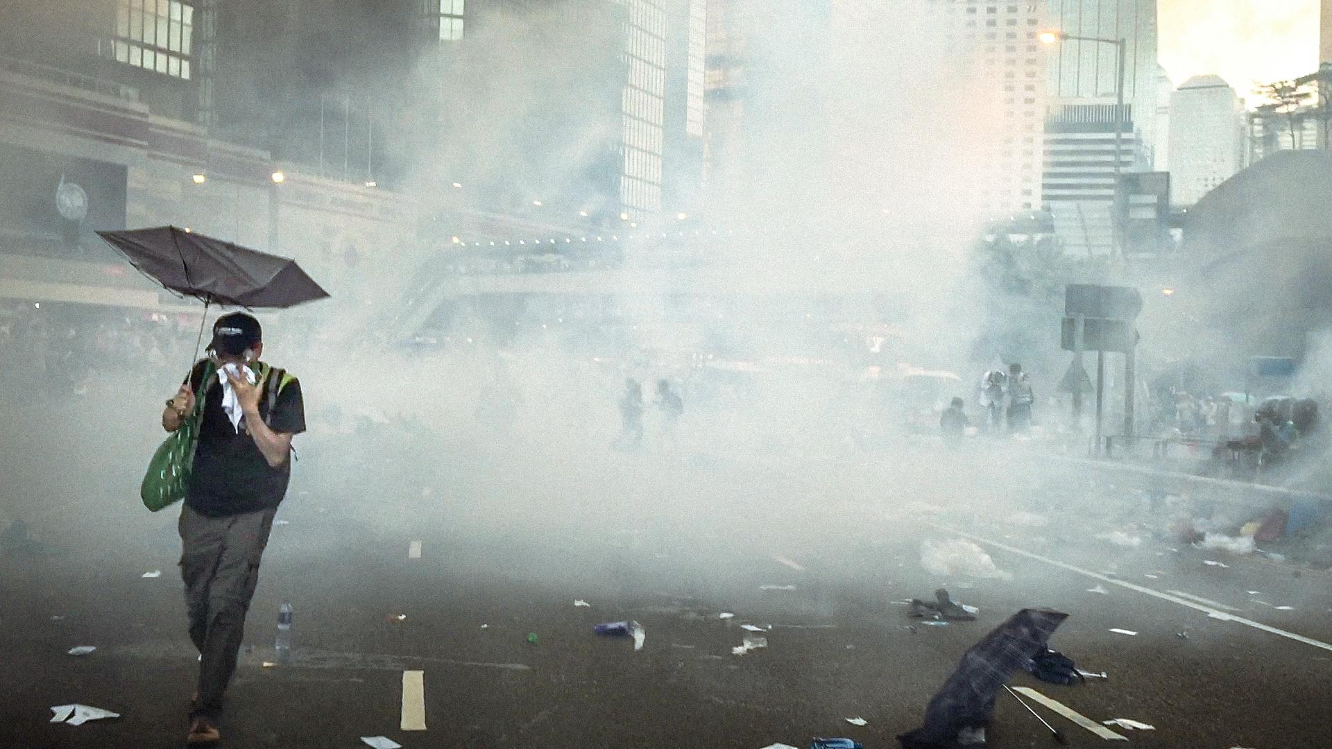 Hình nền : Hồng Kông, phản đối, Hình ảnh đường phố, Báo ảnh, cảnh sát, Khí đốt, nước mắt, hơi cay làm chảy nước mắt, Sự giải phóng ô, Điện thoại di ...