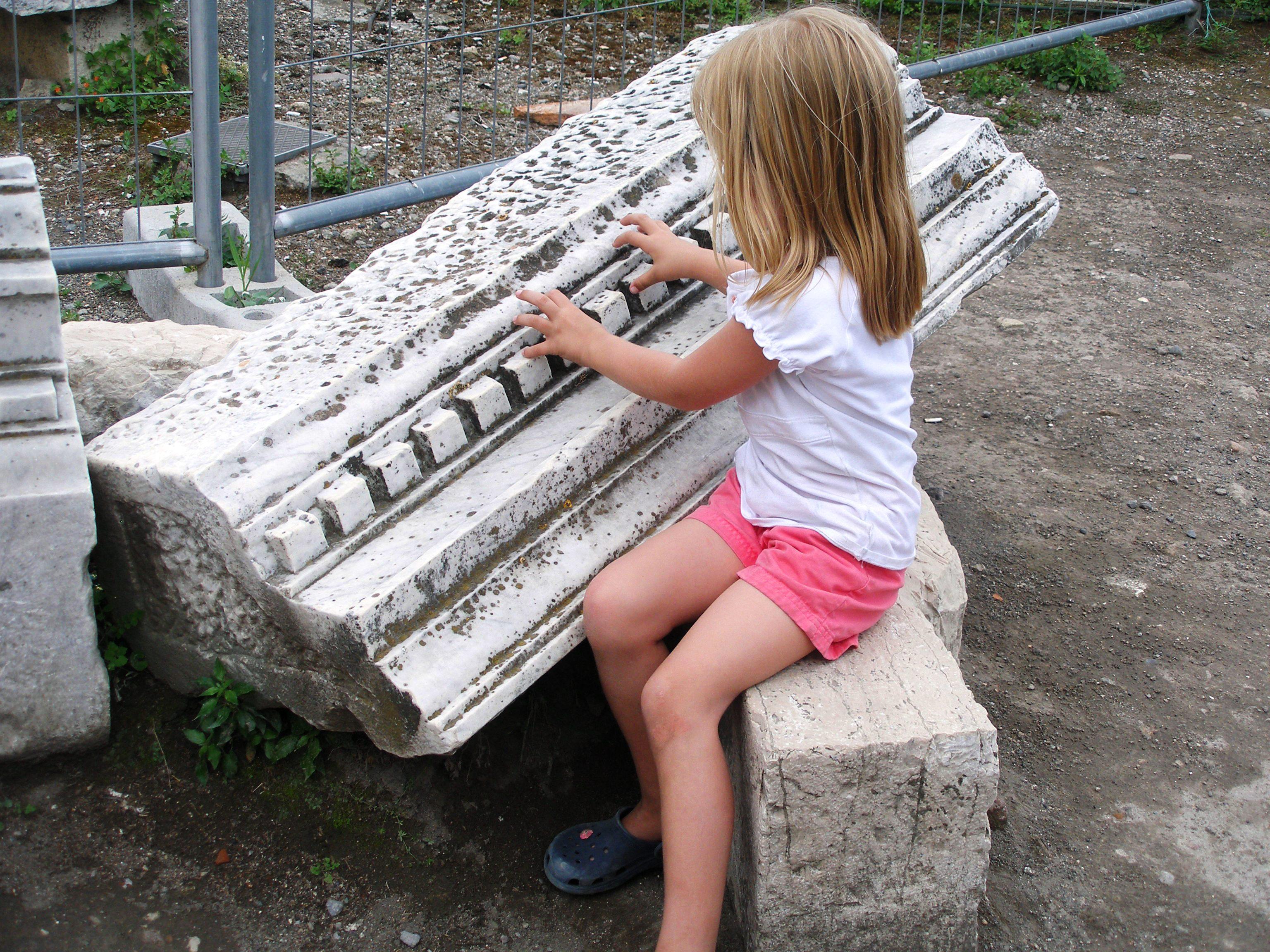Hintergrundbilder : Kind, Ruinen, Klavier, Marmor, auf ...