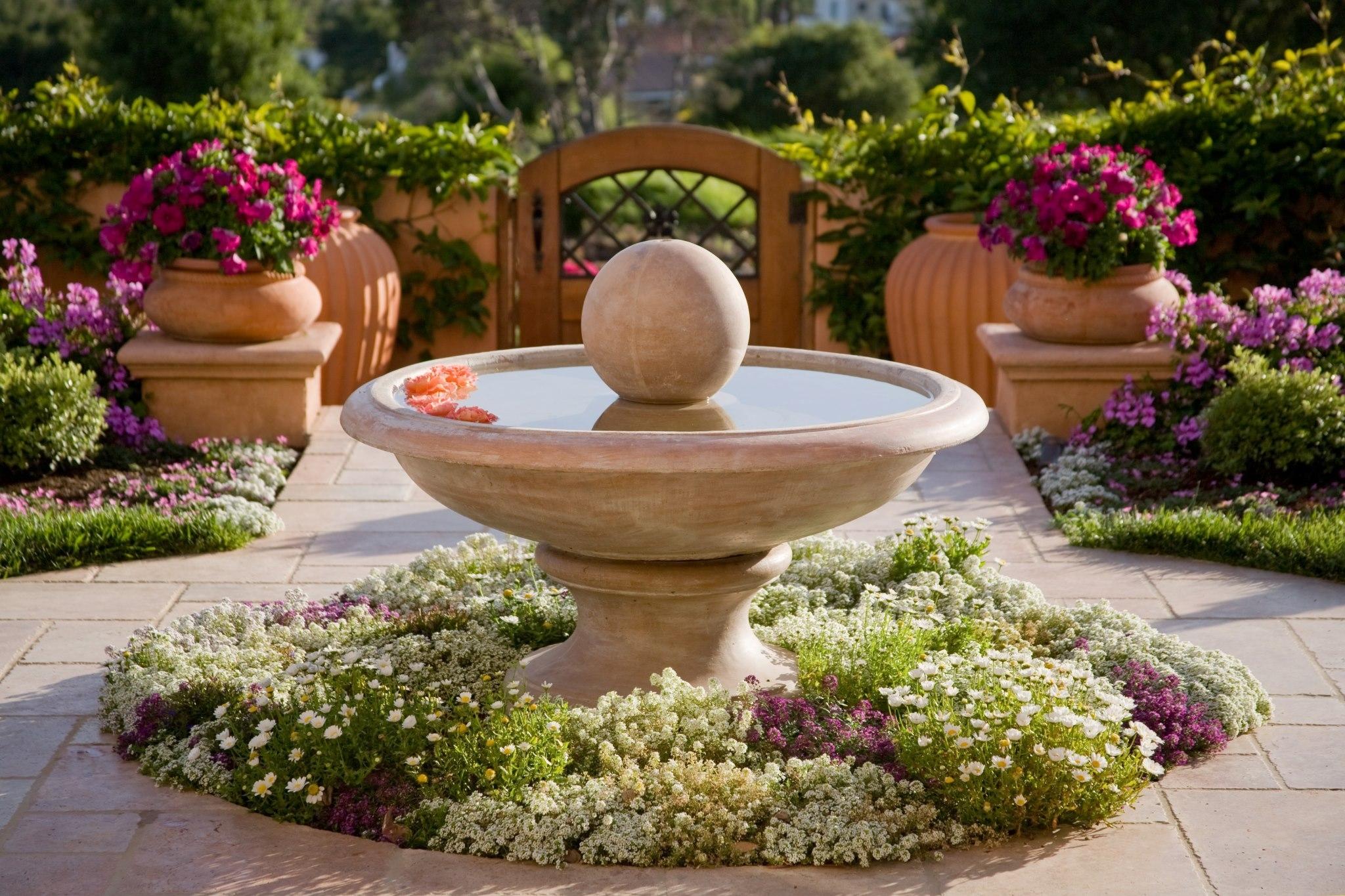 английский сад фото скульптуры в патио название конечно придумано