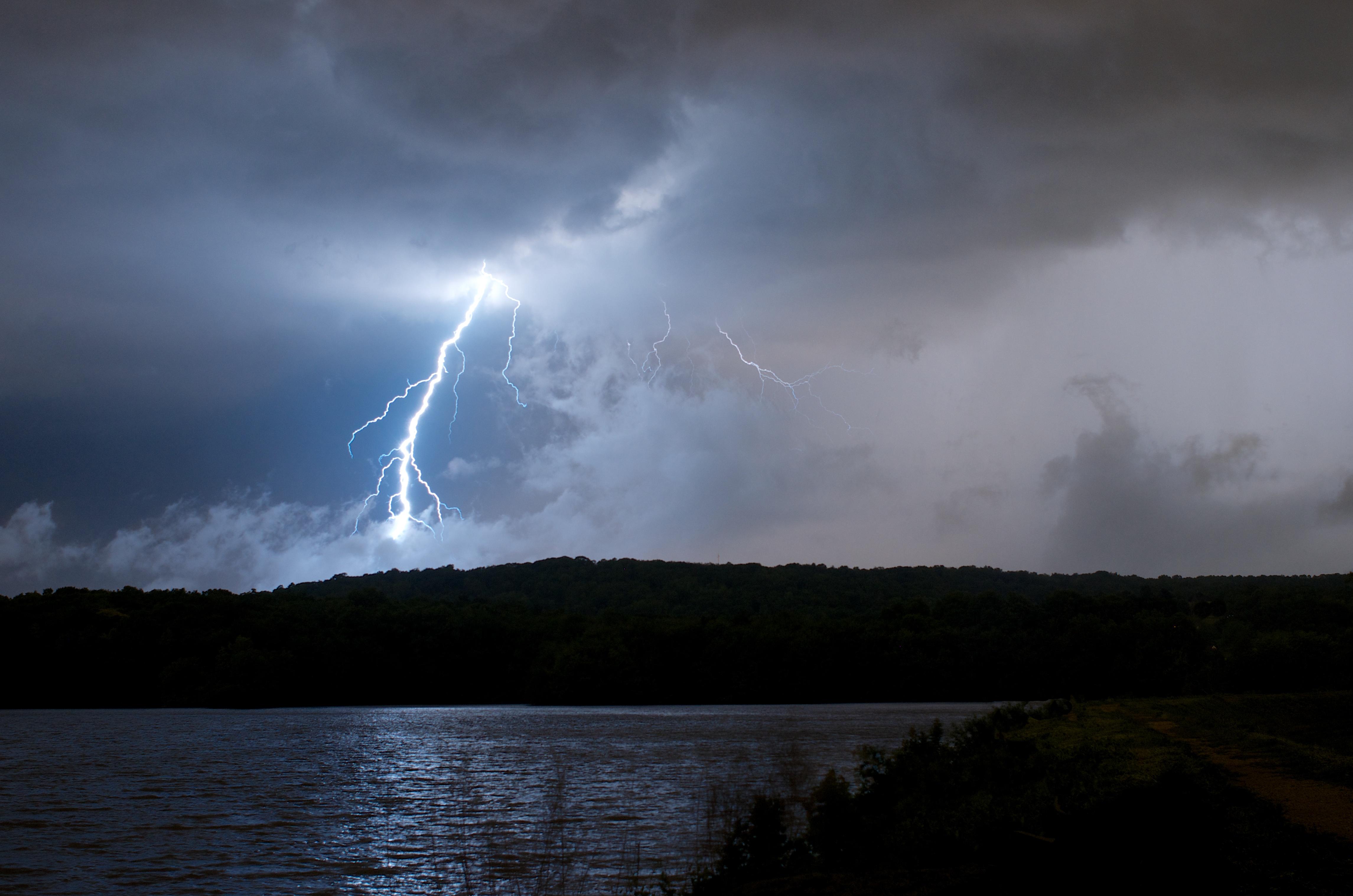 fond d 39 cran paysage lac eau ciel pluie calme foudre orage soir rivi re horizon. Black Bedroom Furniture Sets. Home Design Ideas