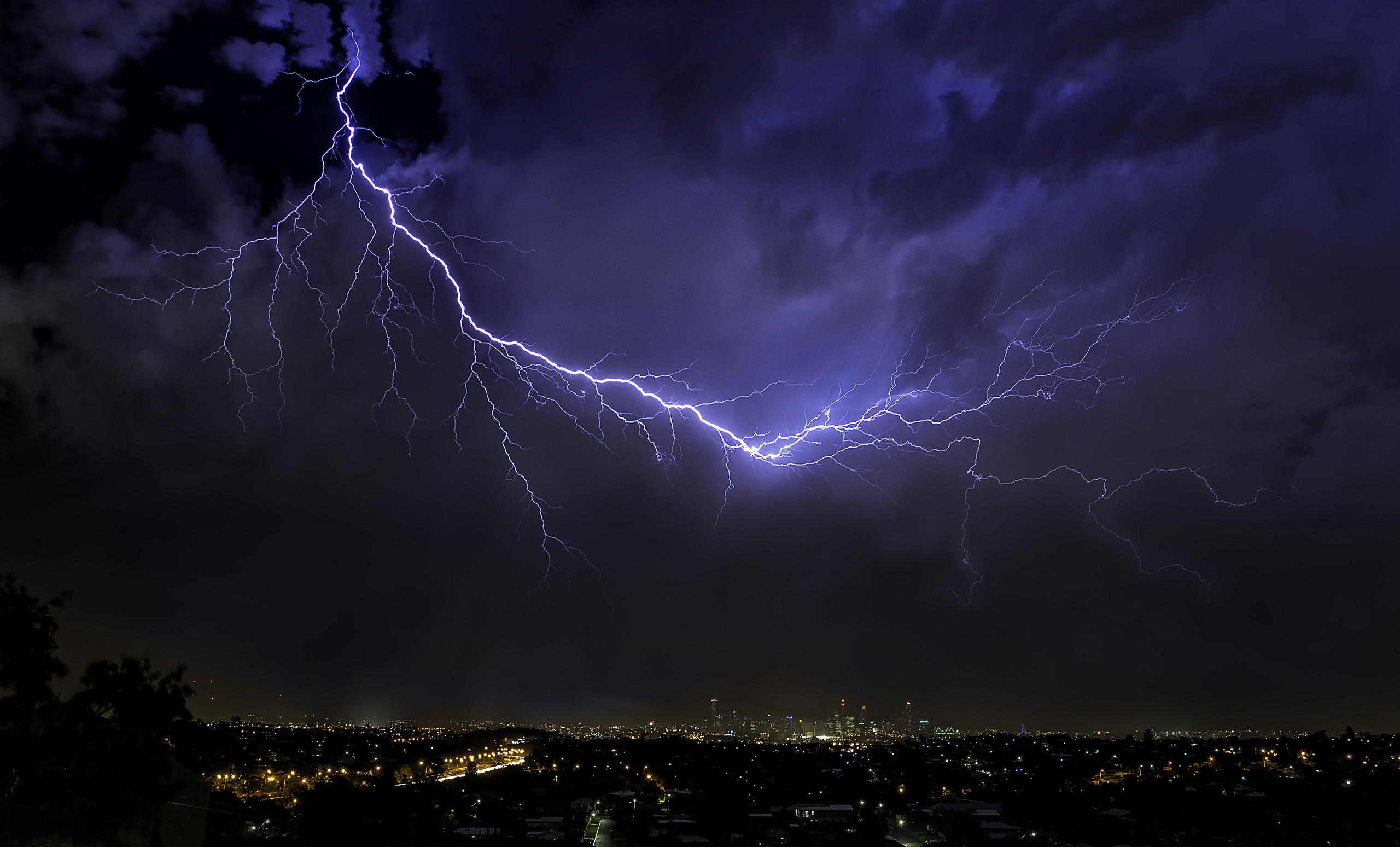классные фото молния в ночном небе планируют