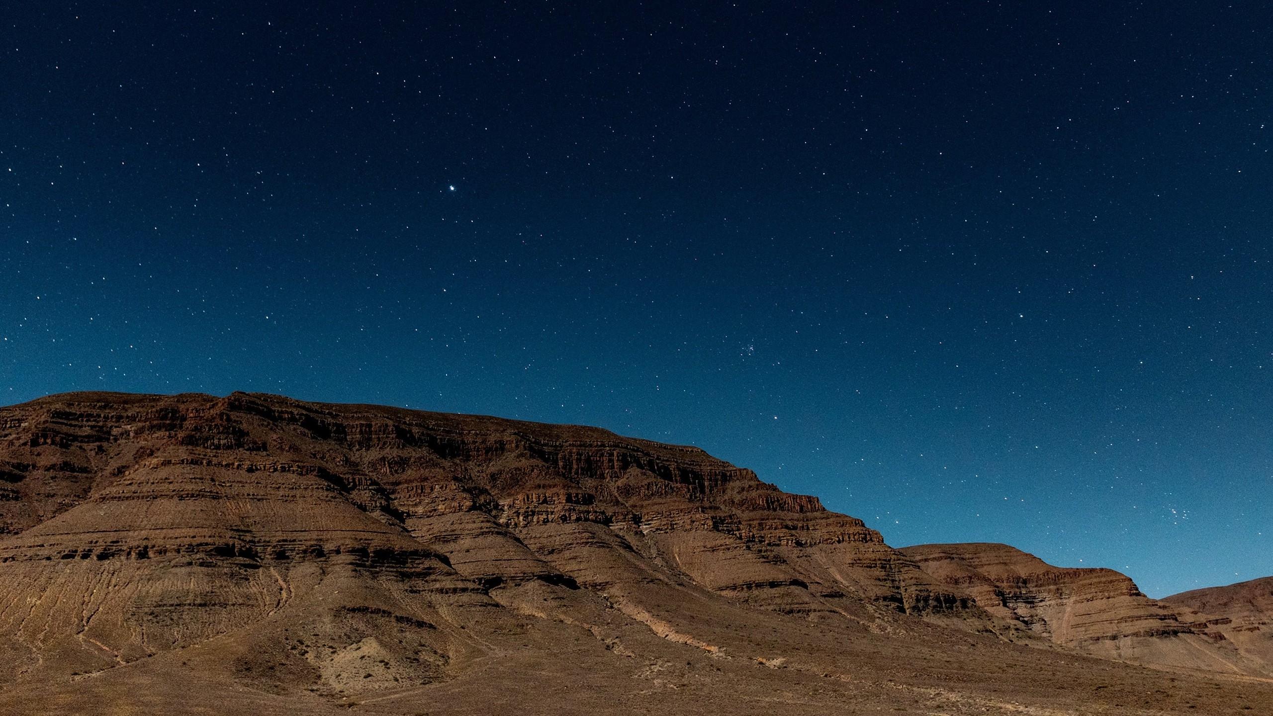 デスクトップ壁紙 風景 岩 スペース 写真 地球 砂漠 地平線 夜空 雰囲気 天文学 高原 形成 雲 星 闇 2560x1440 Px 地質学 宇宙空間 天体 気象現象 ワディ 悪徳 エオリア地形 エコリージョン 2560x1440 75