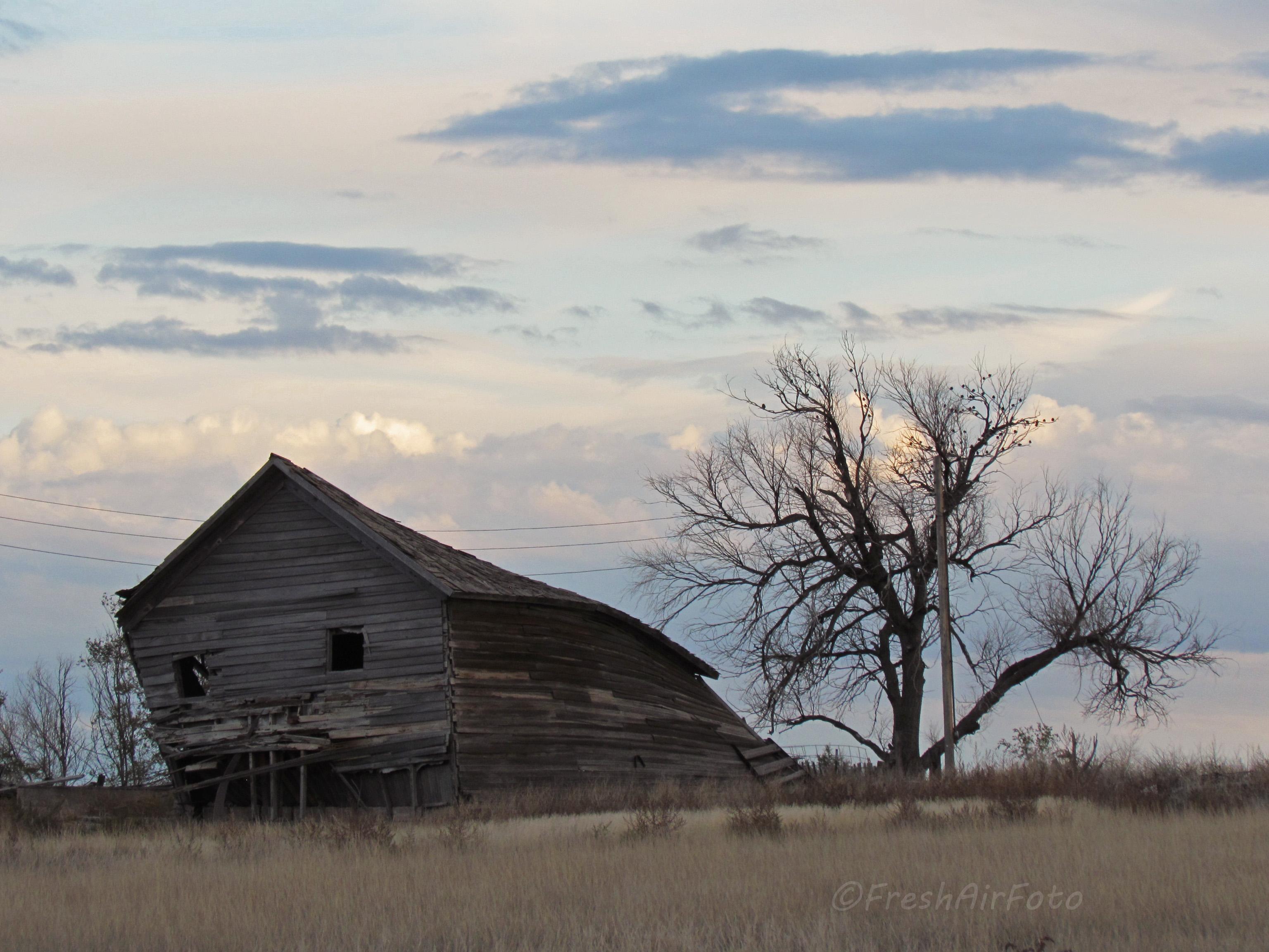 Старый дом на холме картинка