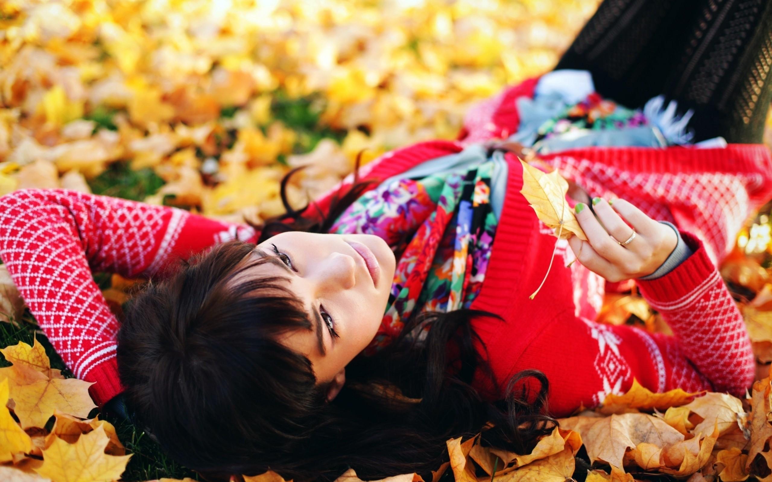 фото брюнеток осенью смеялся лишь мужичок