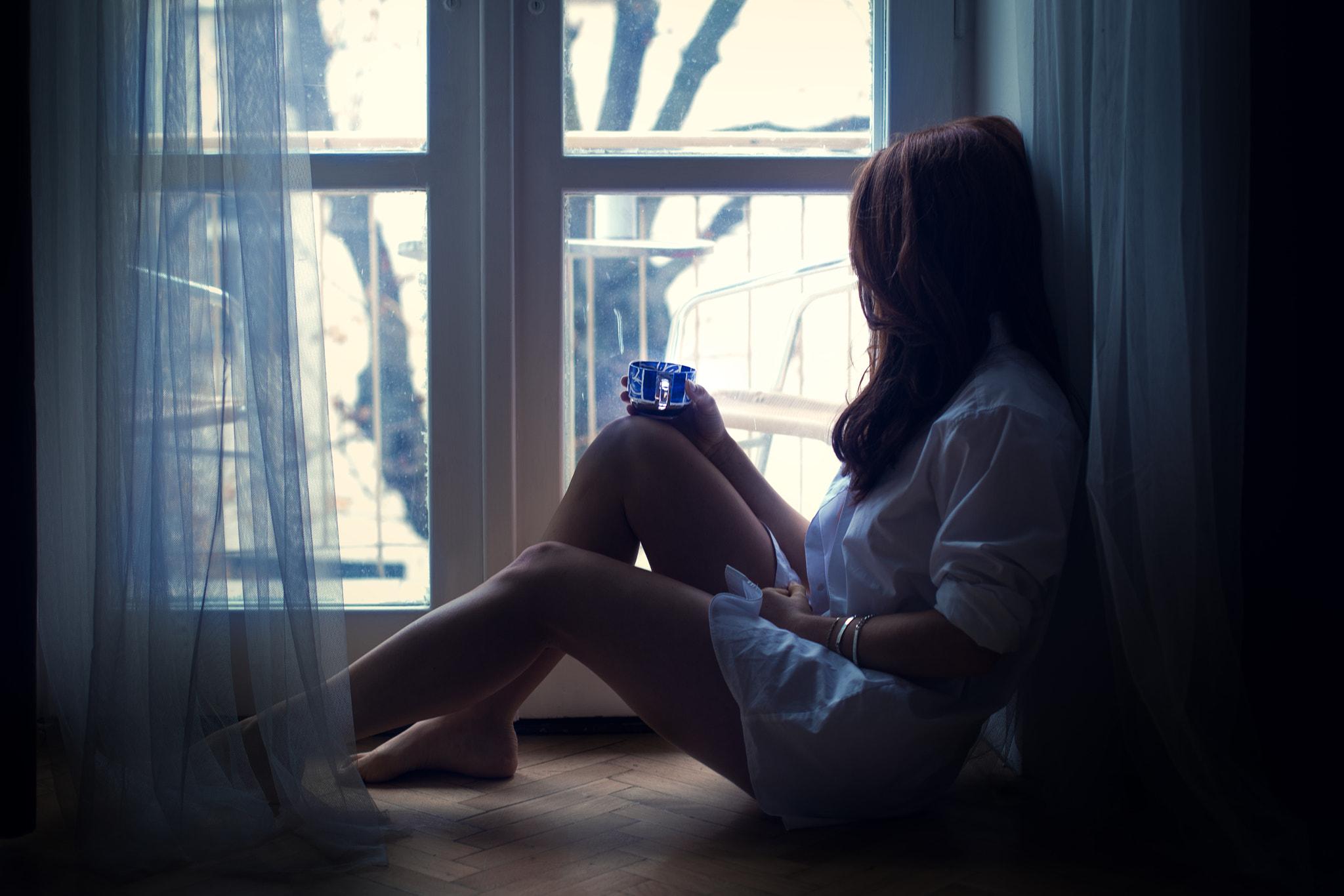 Девушка на окне ночью картинки