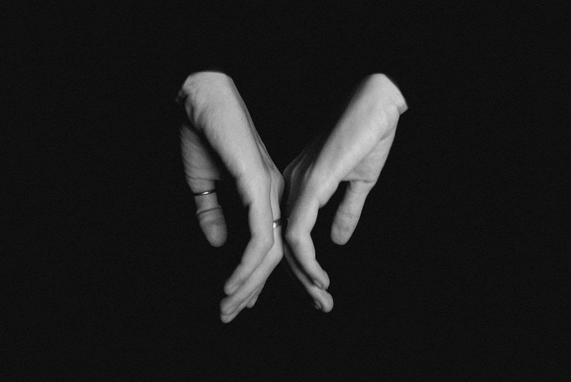Черно-белые картинки рук