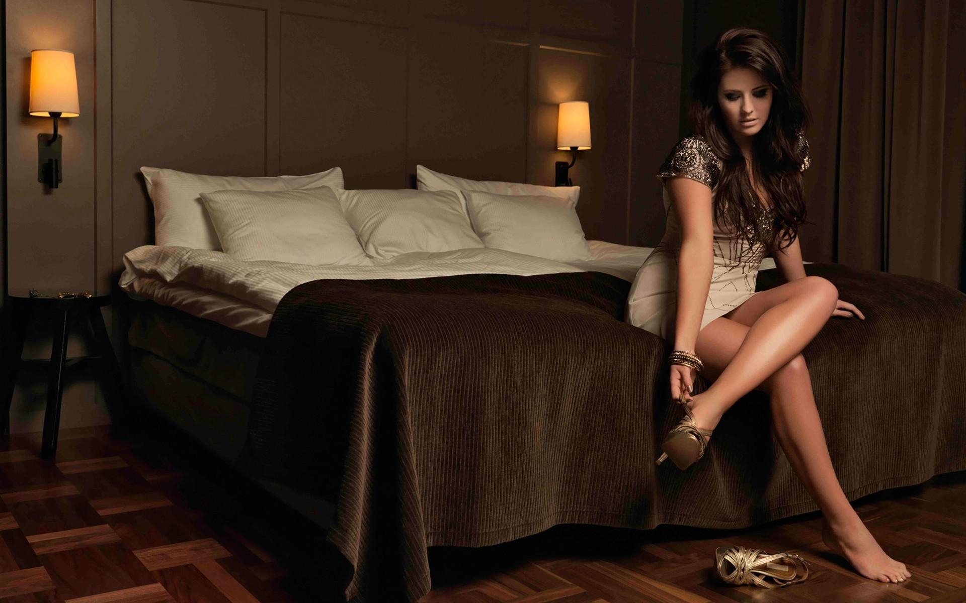 фото самых красивых девушек брюнеток в комнате если правильно