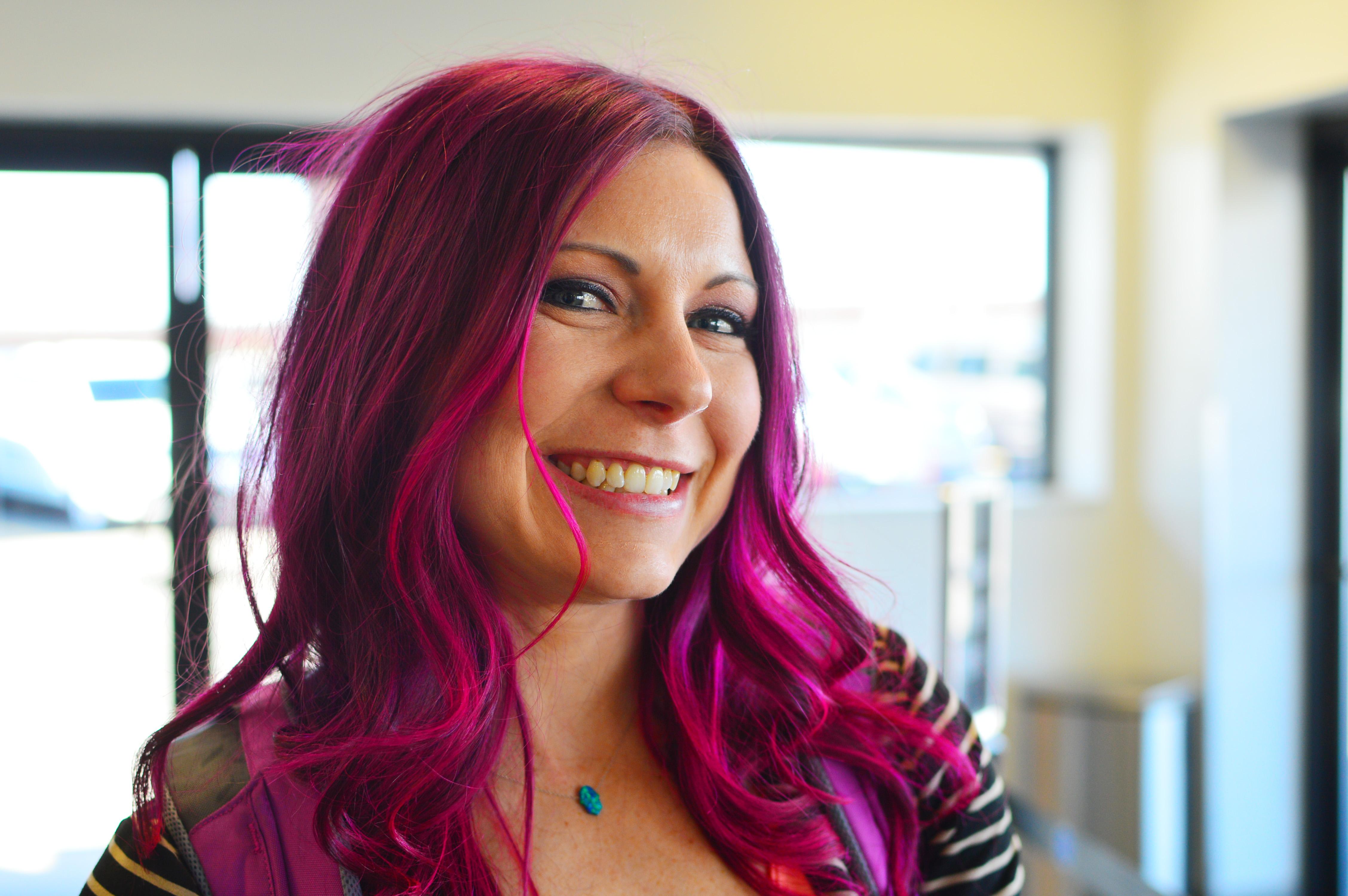 Coloration des cheveux roux avec violet