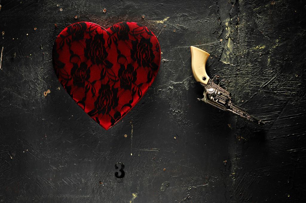 нее какой-то картинка черного разбитого сердца образом она