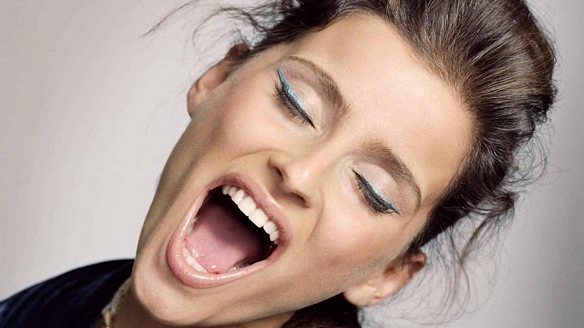 открытый женский рот фото