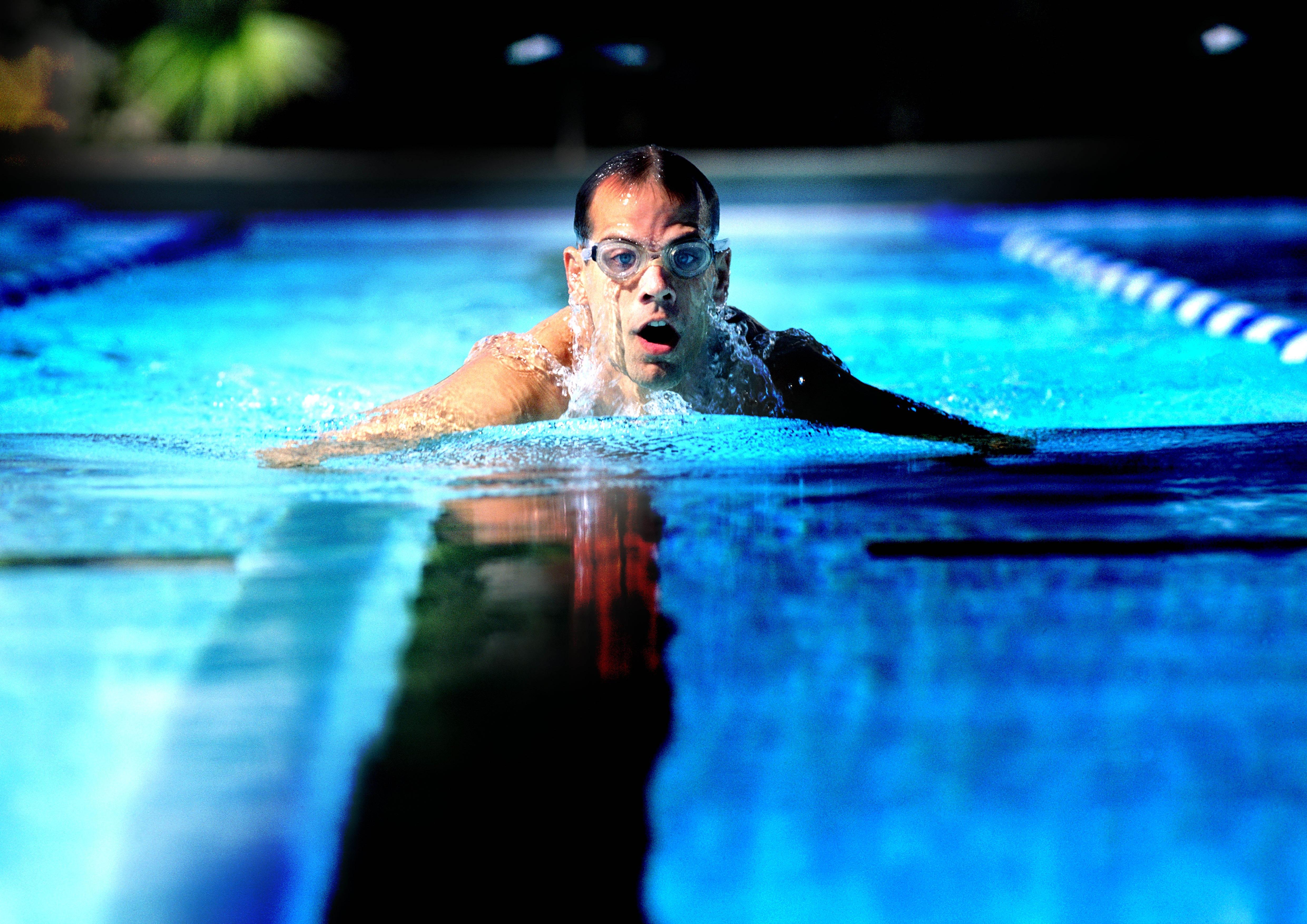Люди плавают в бассейне картинки гипотетического