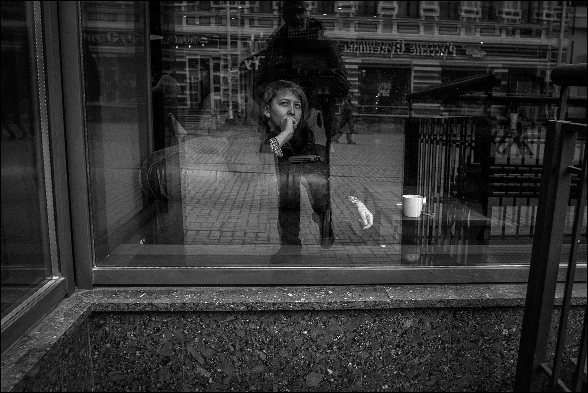 фото мужчина на стаканом ночь окнам москва вам всё равно