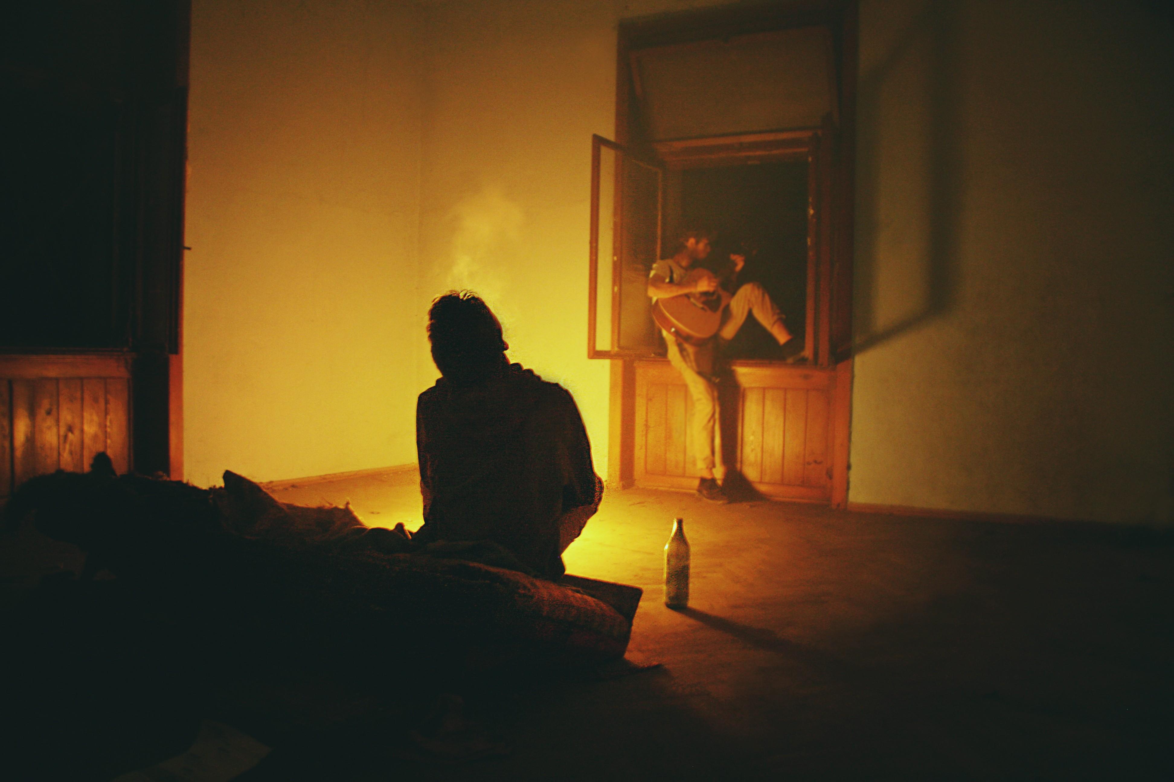 выходной, последний фото мужчины в темноте комнате турникеты для