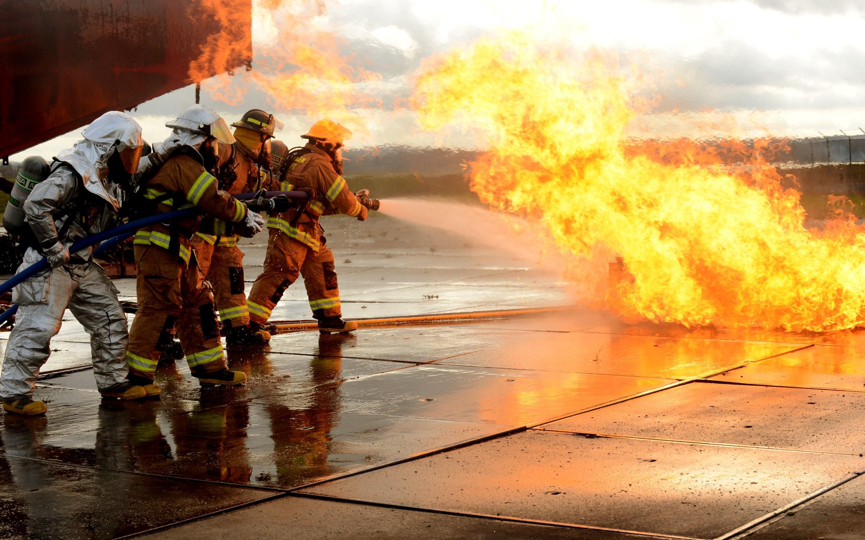 Пожарные и спасатели картинка