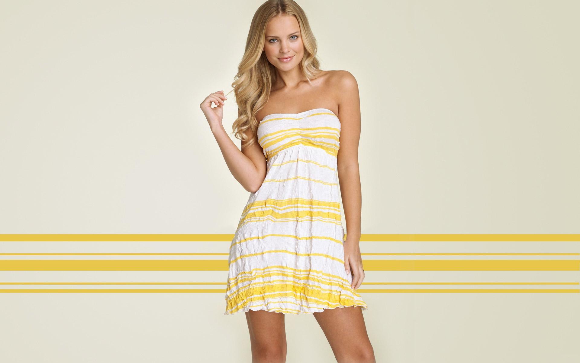 model blondýnka šaty žlutý vzor móda svatební šaty jaro Elisandra  Tomacheski oblečení promenáda focení krk talár 2d9427236a