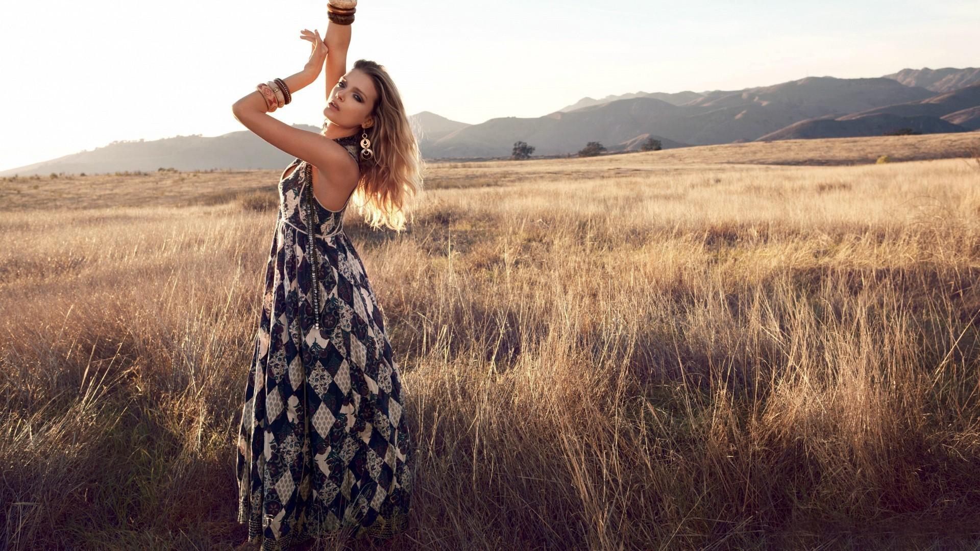 Фото девушка в платье в поле