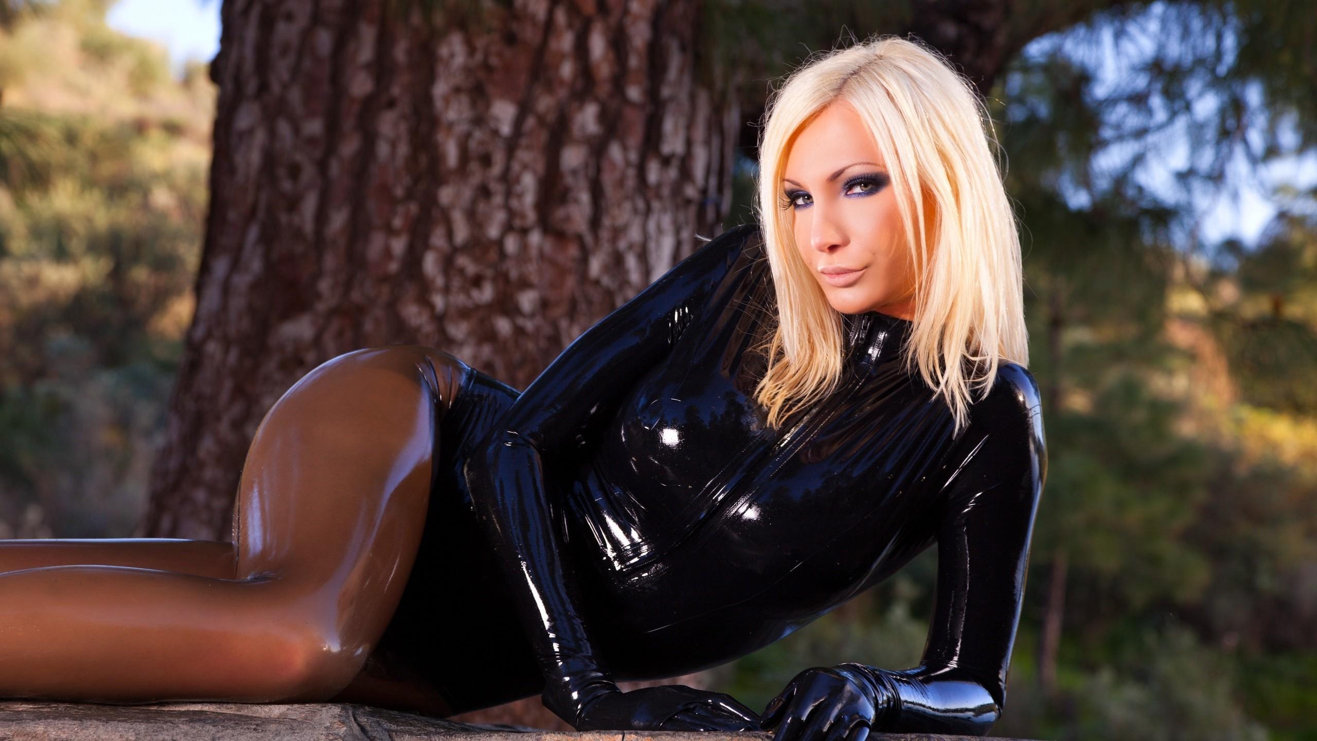 Фото телки блондинки голой кожаной платье, межрассовый секс толпой