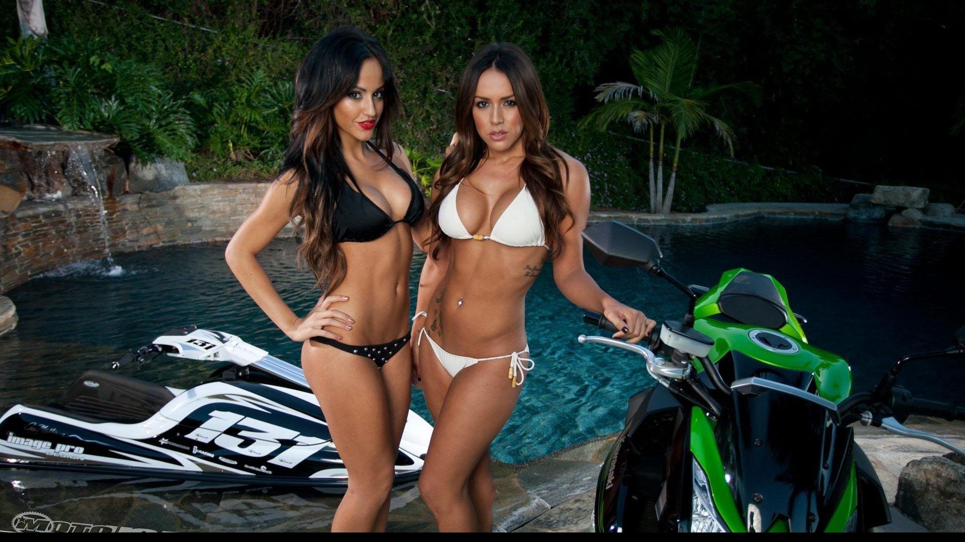 Mädchen in Bikinis auf Motorrädern wallpaper Reisebrüste Bikini Marshall