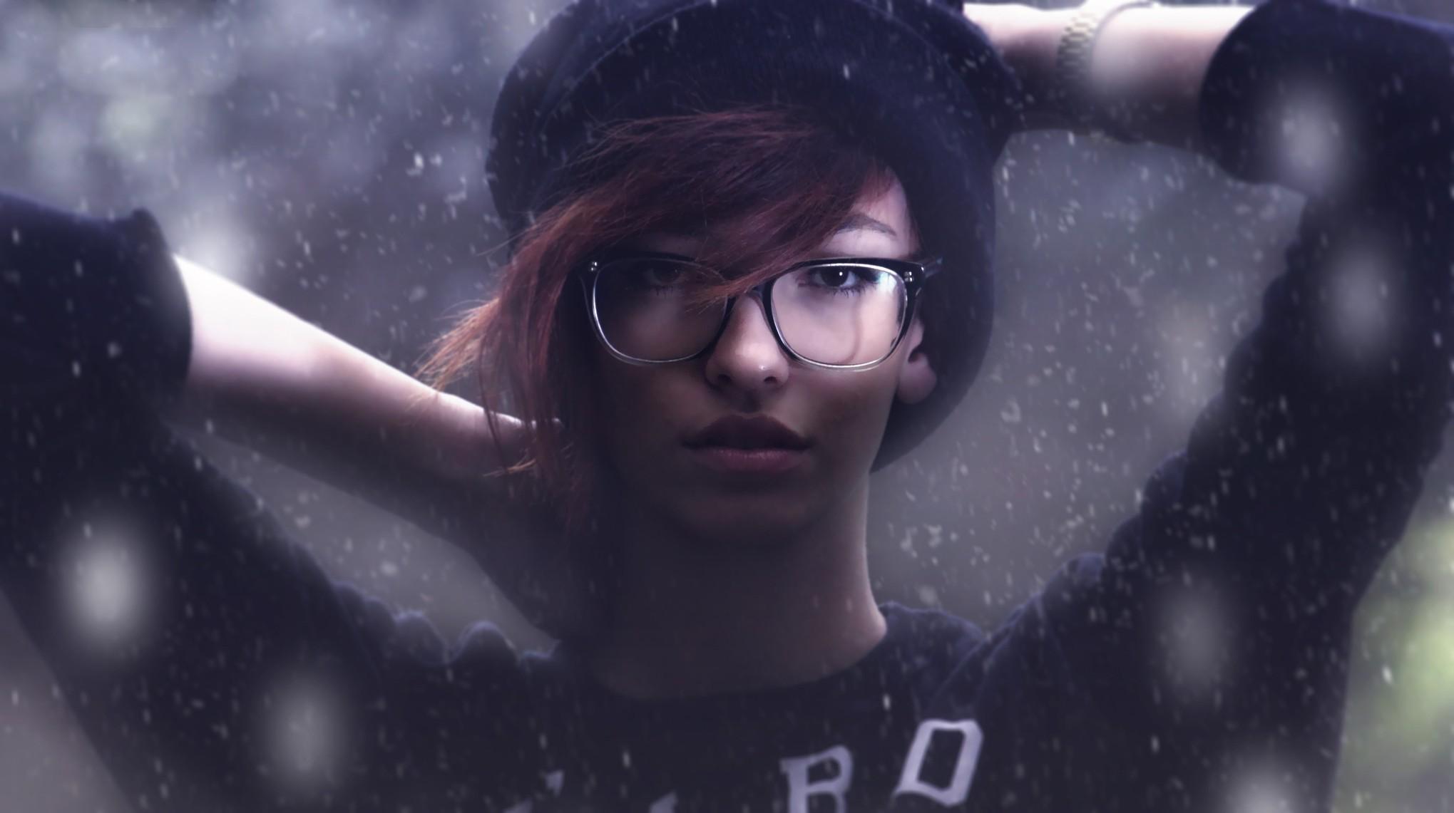 Wallpaper Model Potret Wanita Dengan Kacamata Lengan Ke Atas